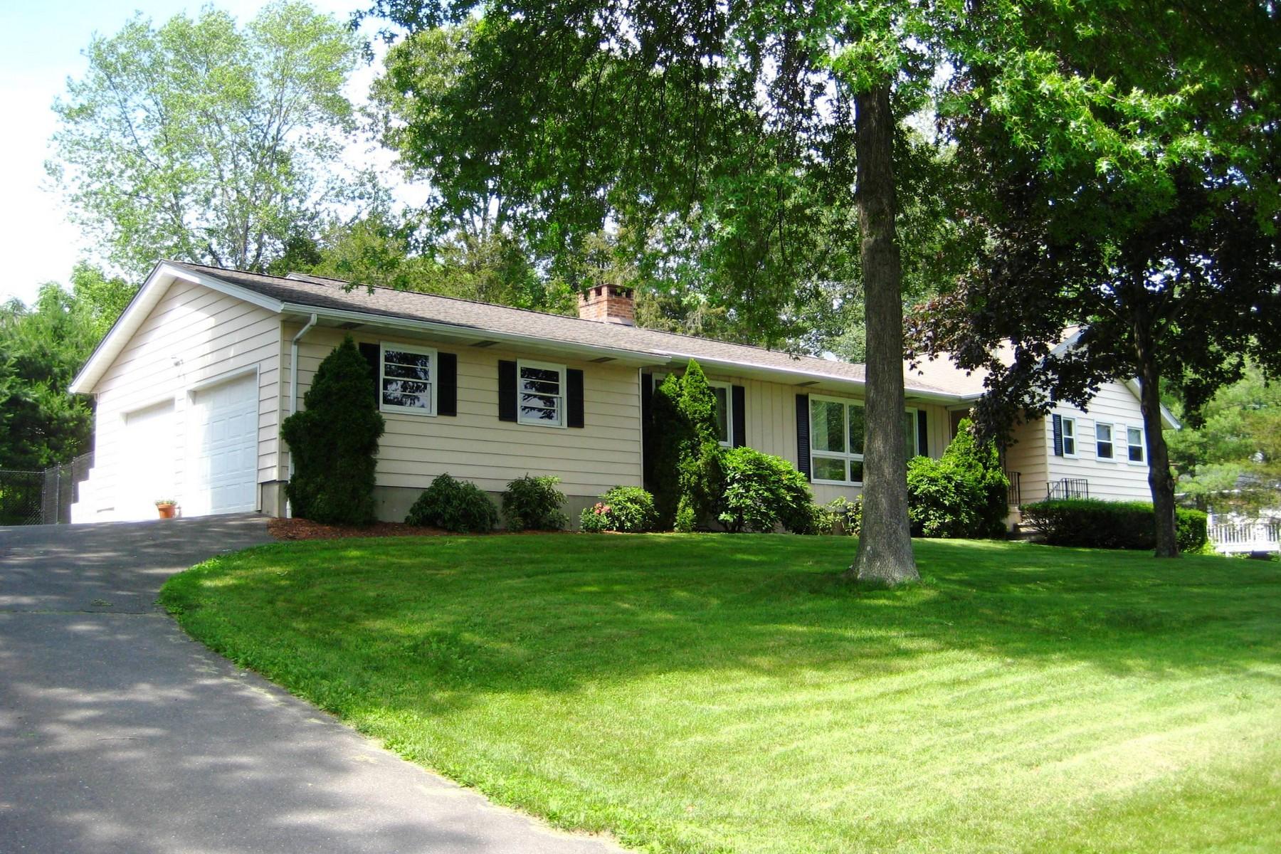 Casa para uma família para Venda às Truly and Exceptional Home 3 Fairway Drive Danbury, Connecticut 06811 Estados Unidos
