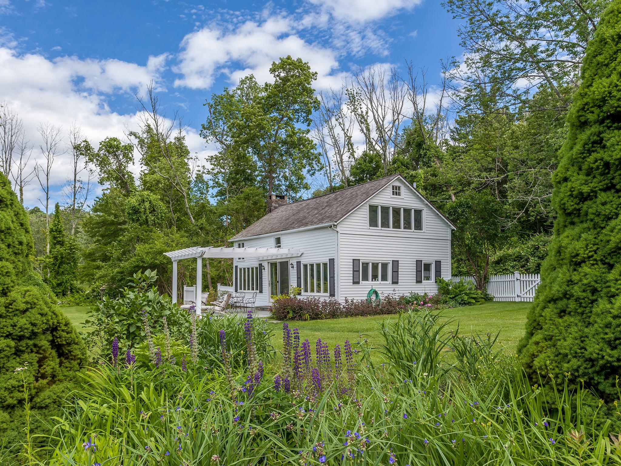 独户住宅 为 销售 在 Matthau Cottages 130 Tophet Rd 罗克斯伯里, 康涅狄格州, 06783 美国
