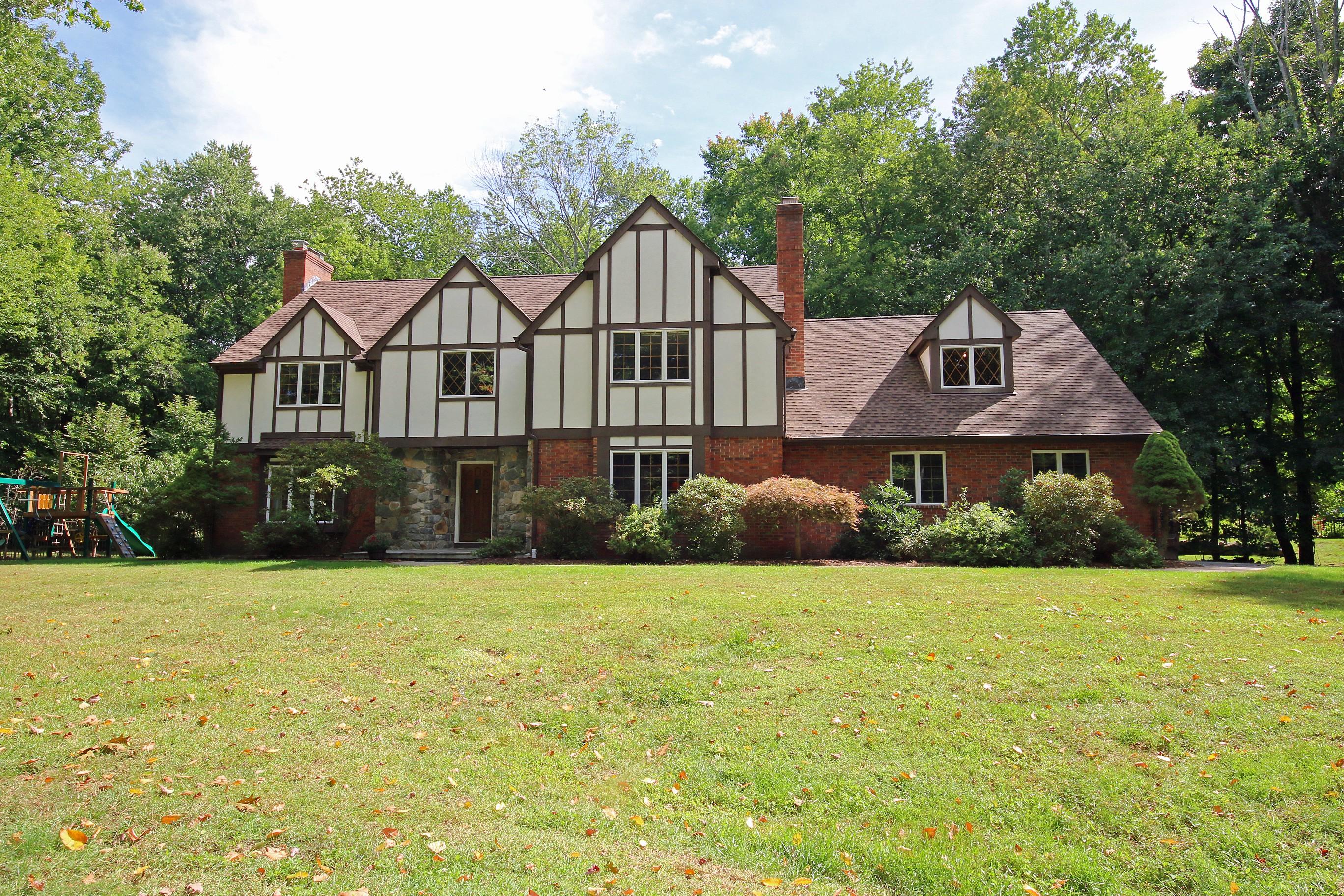 Maison unifamiliale pour l Vente à Stately Brick Tudor Style Home 3 Manor Road Brookfield, Connecticut 06804 États-Unis