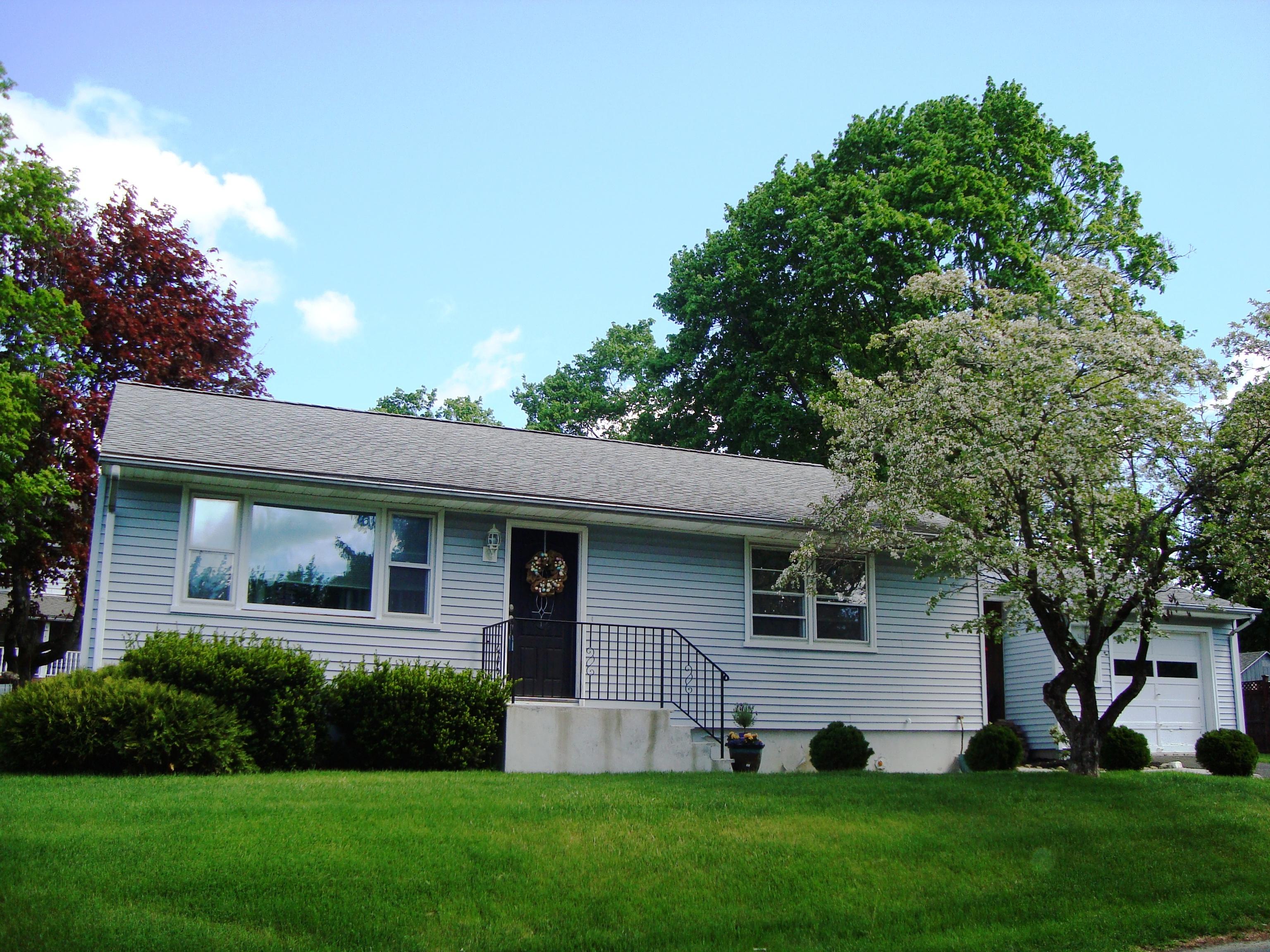 独户住宅 为 销售 在 Ranch Style Home 3 Aiken Avenue 丹伯里, 康涅狄格州, 06811 美国