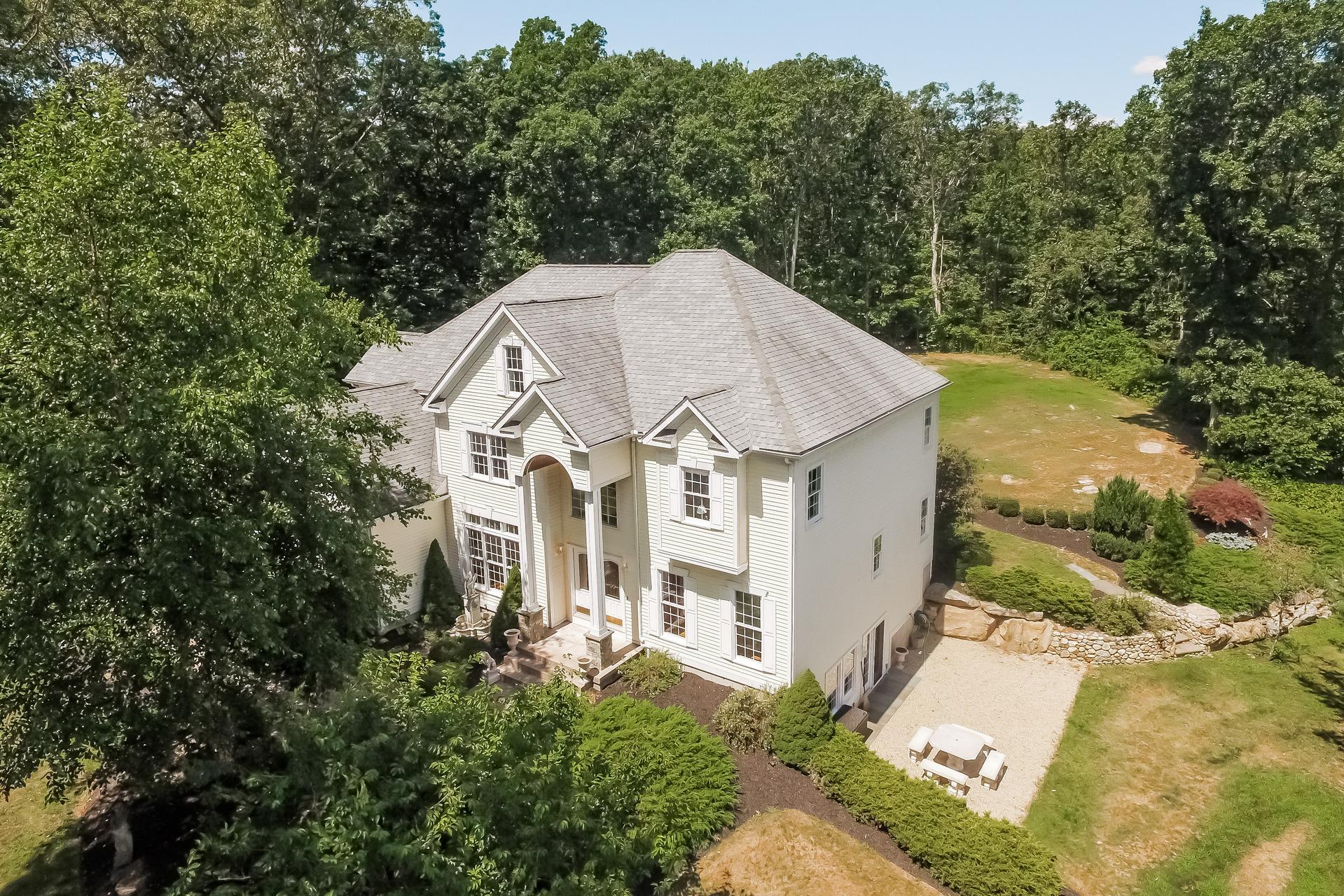 Nhà ở một gia đình vì Bán tại 51 Catullo Dr Guilford, Connecticut, 06437 Hoa Kỳ