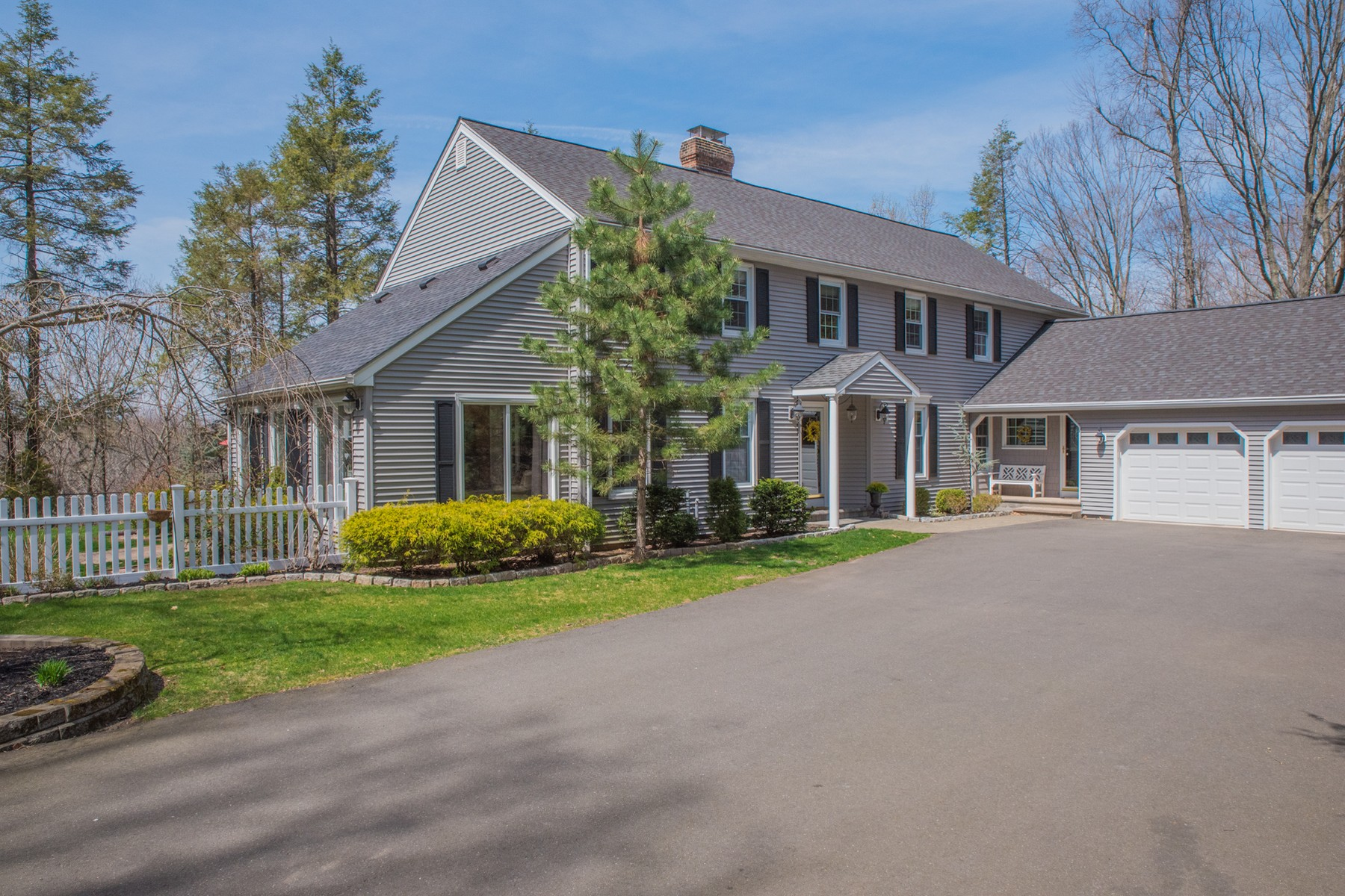 Villa per Vendita alle ore Stunning Colonial Affords Privacy 1199 Woodruff St Southington, Connecticut, 06489 Stati Uniti