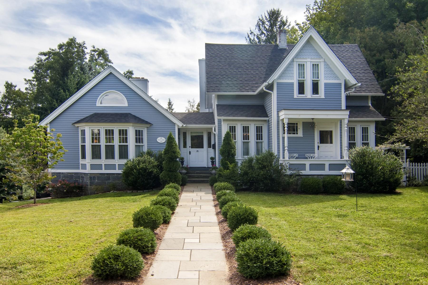 Nhà ở một gia đình vì Bán tại Beautifully Restored Victorian 10 New City St Essex, Connecticut 06426 Hoa Kỳ