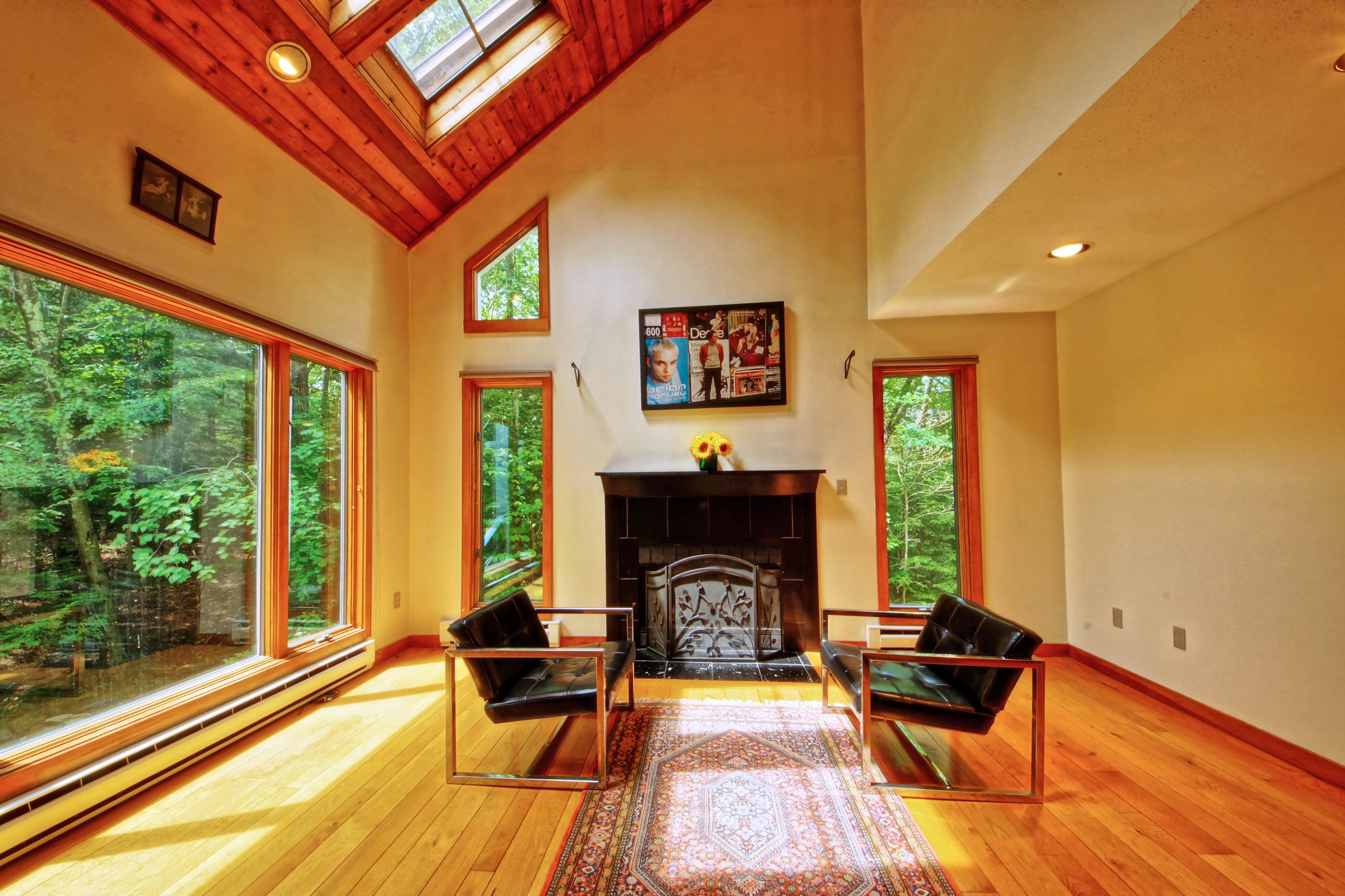 Частный односемейный дом для того Продажа на Charming Country Cottage 81 Weldon Ct Goshen, Коннектикут 06756 Соединенные Штаты