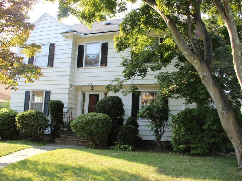 Maison unifamiliale pour l Vente à Colonial with Charm and Quality, Great for a Large Family 526 McKinley Avenue Bridgeport, Connecticut 06602 États-Unis