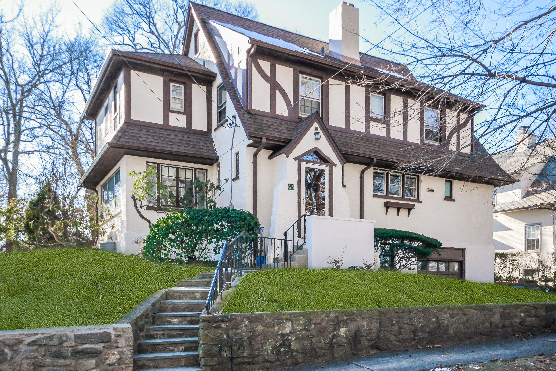 独户住宅 为 销售 在 Larchmont Woods Tudor 65 Wildwood Road 新罗谢尔, 纽约州, 10804 美国