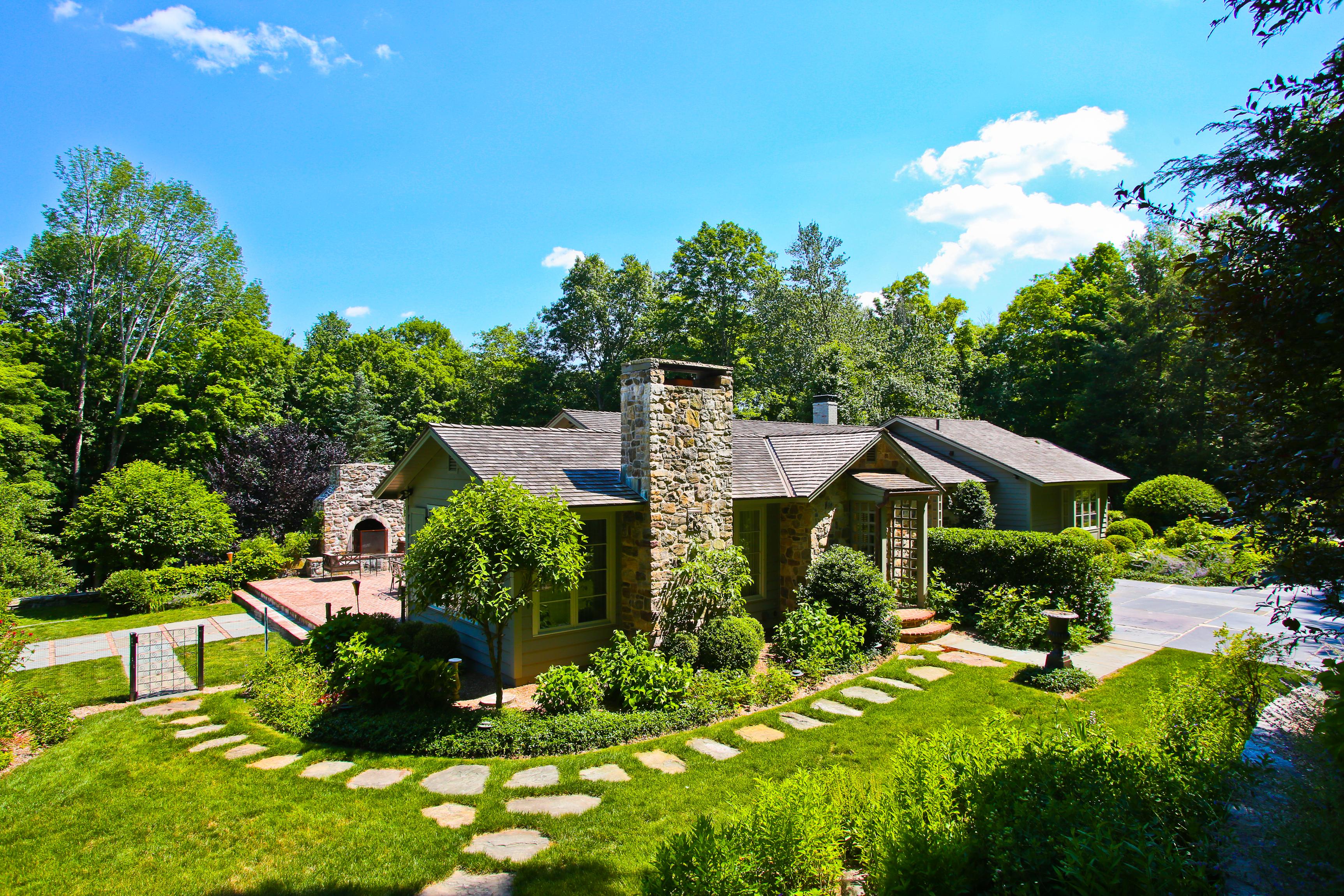 独户住宅 为 销售 在 Timeless and Elegant 布里奇沃特, 康涅狄格州, 06752 美国