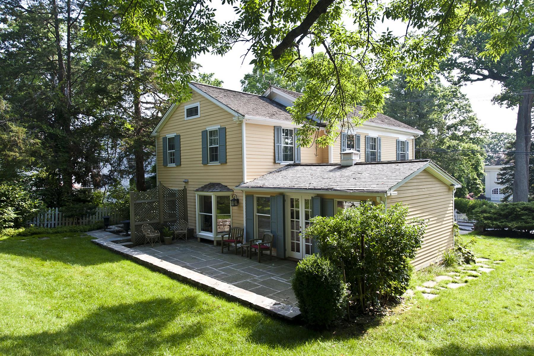独户住宅 为 销售 在 Beautifully Renovated c.1867 Village Federal 22 North Main St 埃塞克斯, 康涅狄格州, 06426 美国