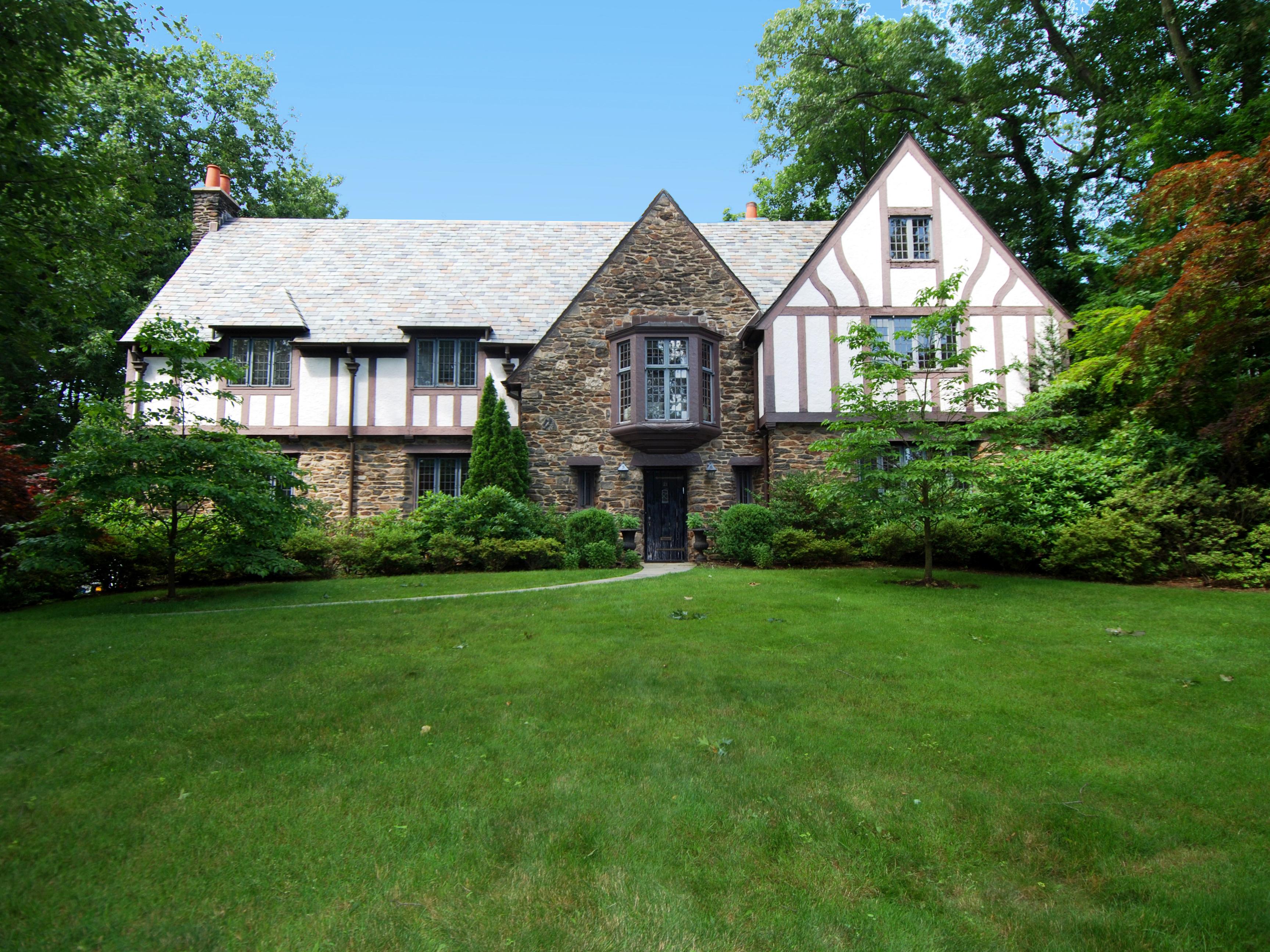 Villa per Vendita alle ore Grand English Tudor 21 Highland Way Scarsdale, New York 10583 Stati Uniti