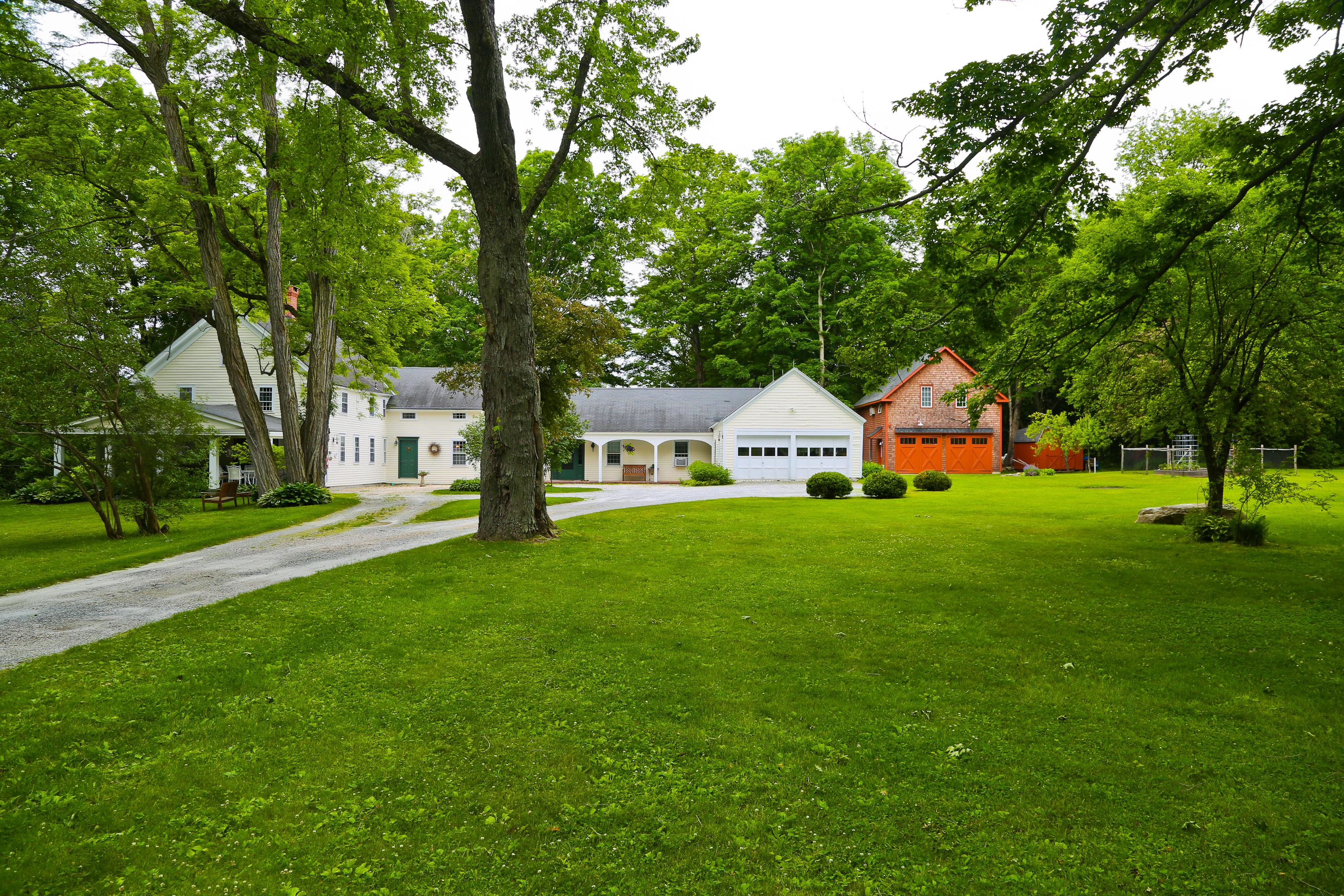 独户住宅 为 销售 在 Center Chimney Colonial 1 East St 李, 马萨诸塞州, 01238 美国