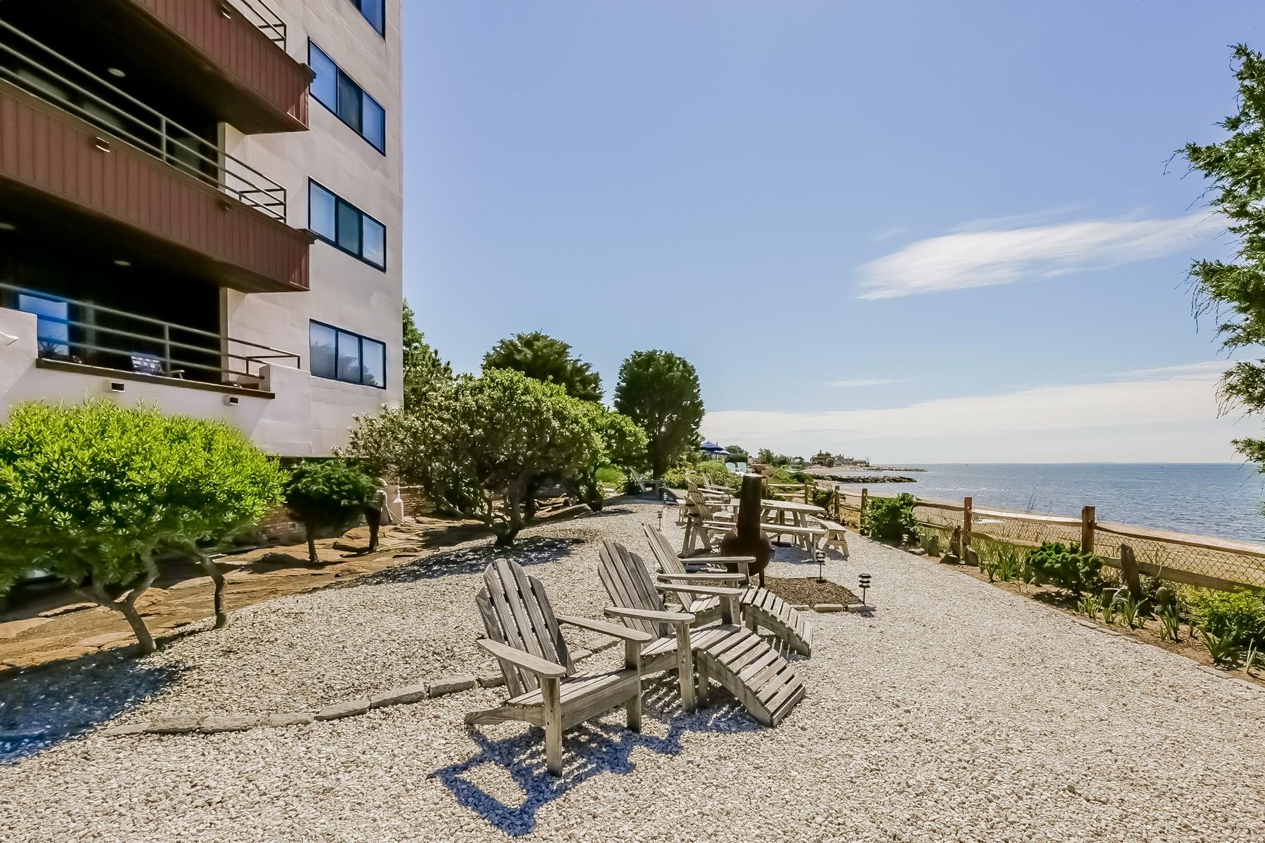단독 가정 주택 용 매매 에 Chic Updated Beachfront Front Condo 10 Pine Creek Avenue 301W Fairfield, 코네티컷 06824 미국