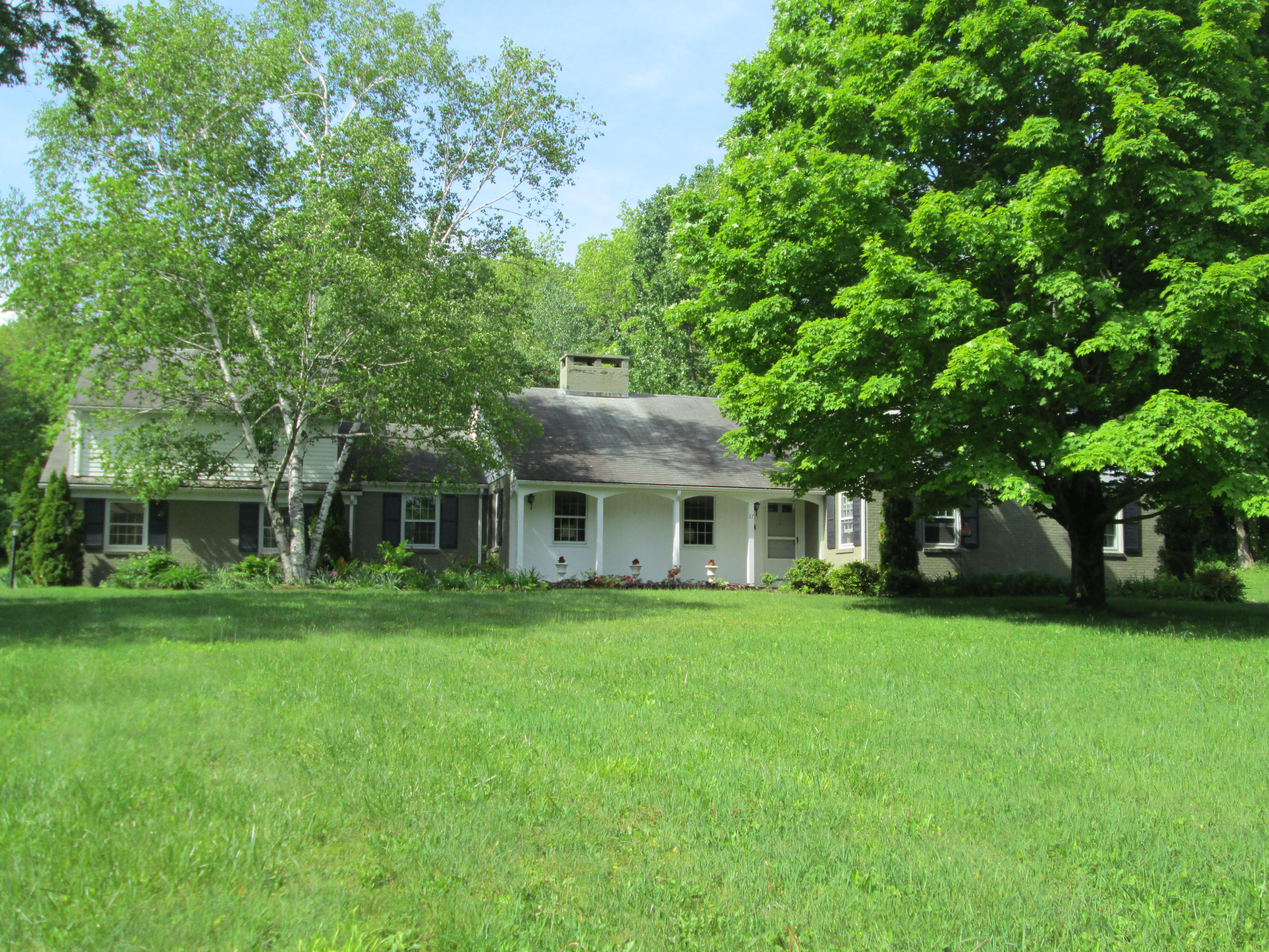 独户住宅 为 销售 在 Custom Built Private Ranch 27 Brook Hill 利奇菲尔德, 康涅狄格州, 06759 美国