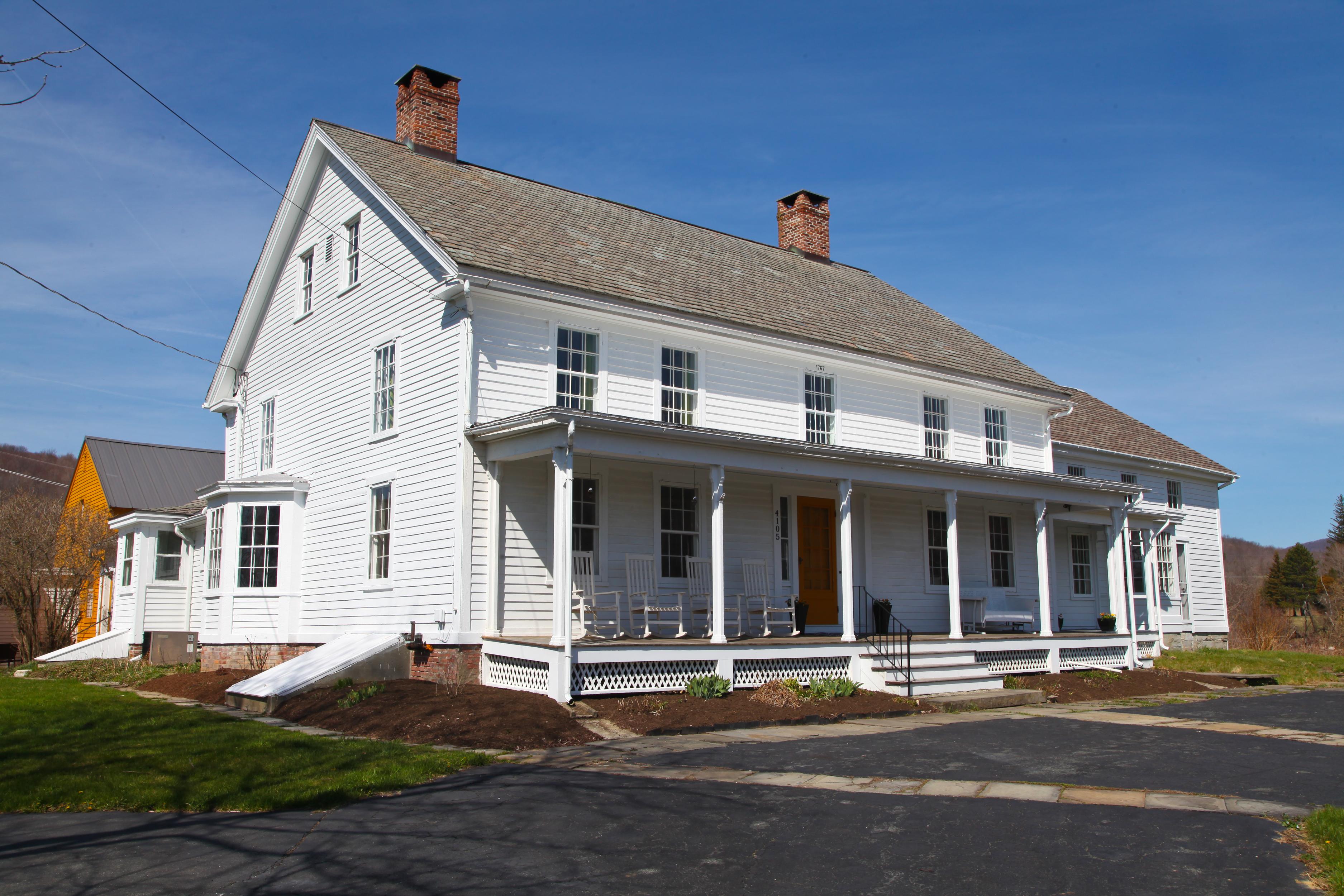Maison unifamiliale pour l Vente à Stylish, Spacious Antique Farmhouse with Barn on Four Acres 4105 Hancock Rd Hancock, Massachusetts 01237 États-Unis