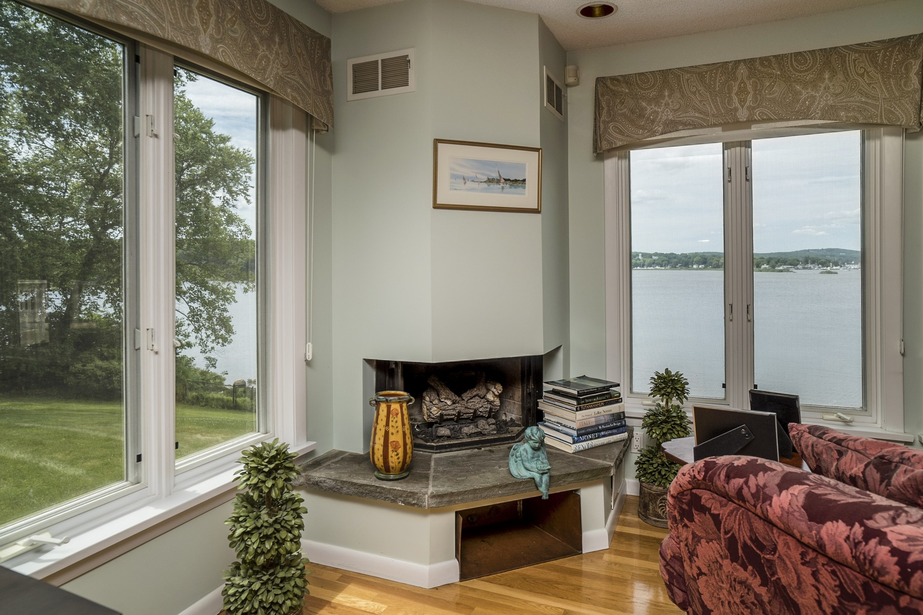 Property Of Beautiful Riverfront Rent with Dock