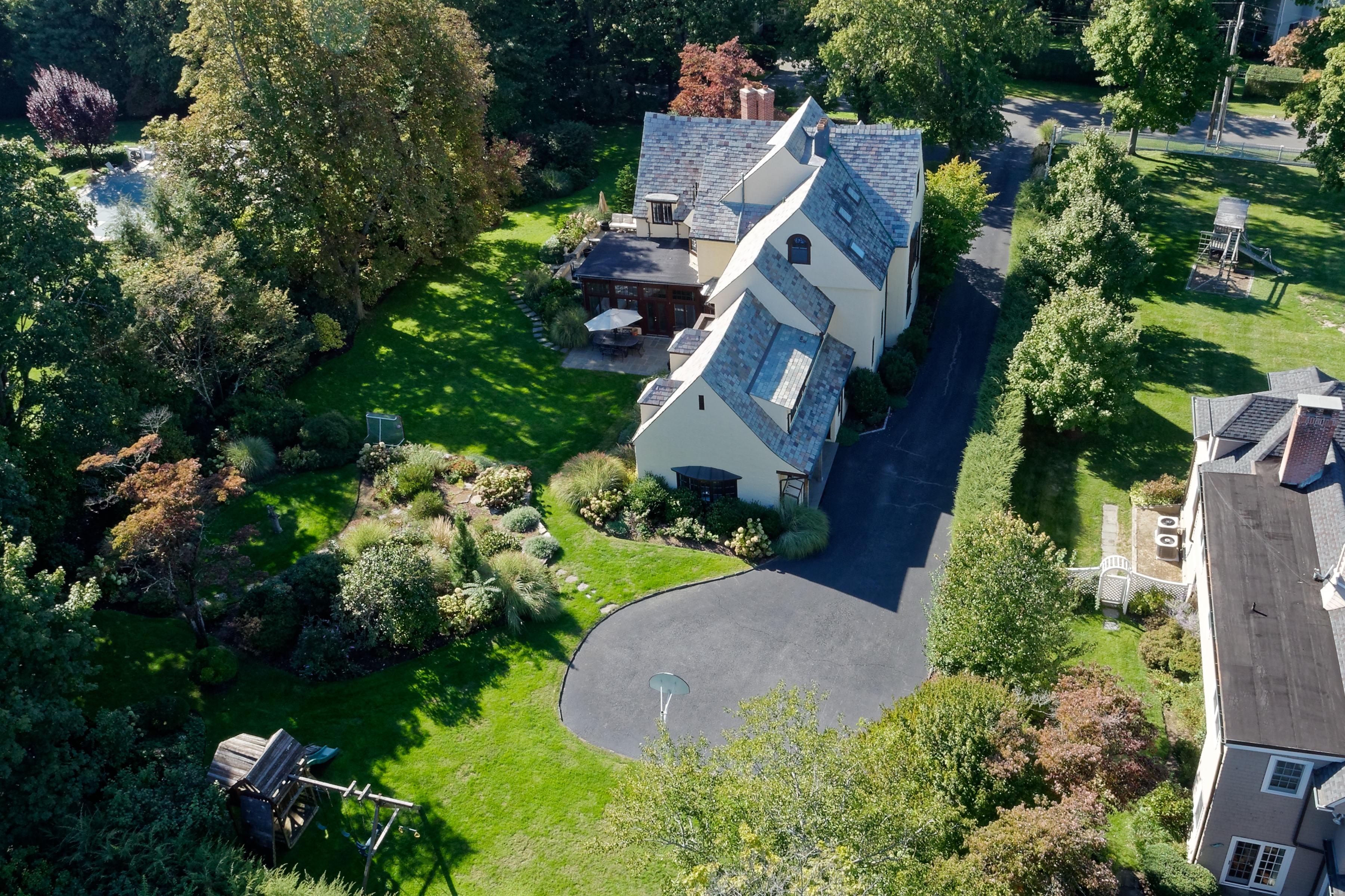 Casa para uma família para Venda às Stately Stone and Stucco home 96 Evergreen Avenue Rye, Nova York 10580 Estados Unidos