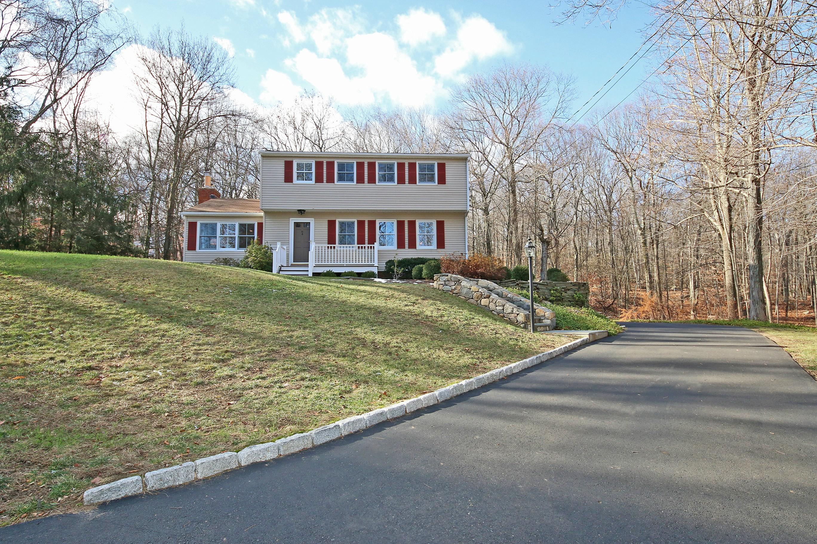 Nhà ở một gia đình vì Bán tại Sparkling Updated 4 Bedroom Colonial 64 Rock Road Ridgefield, Connecticut, 06877 Hoa Kỳ