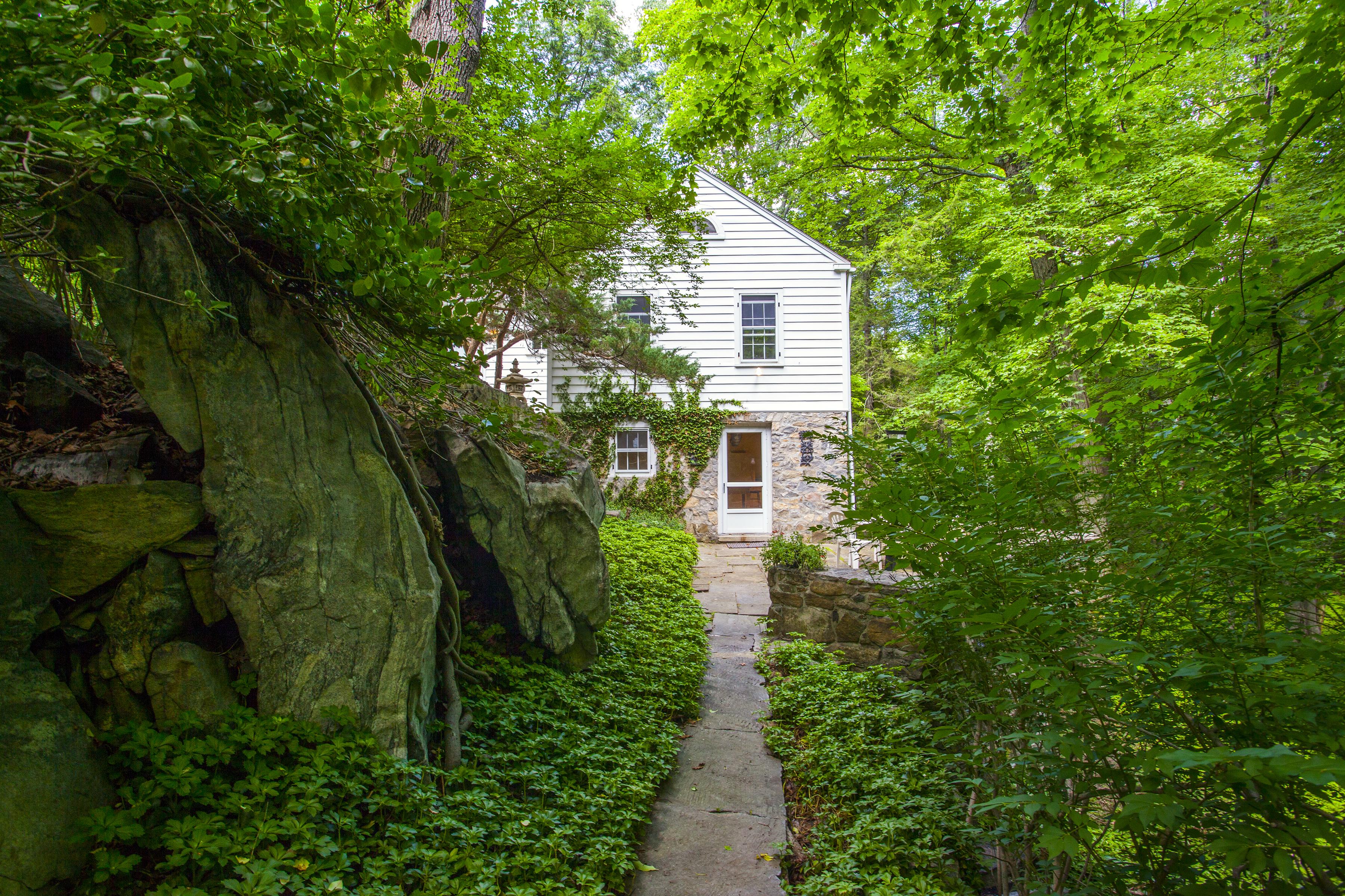 独户住宅 为 销售 在 Hidden Riverside Treasure 618 Kent Rd 新米尔福德, 康涅狄格州 06755 美国