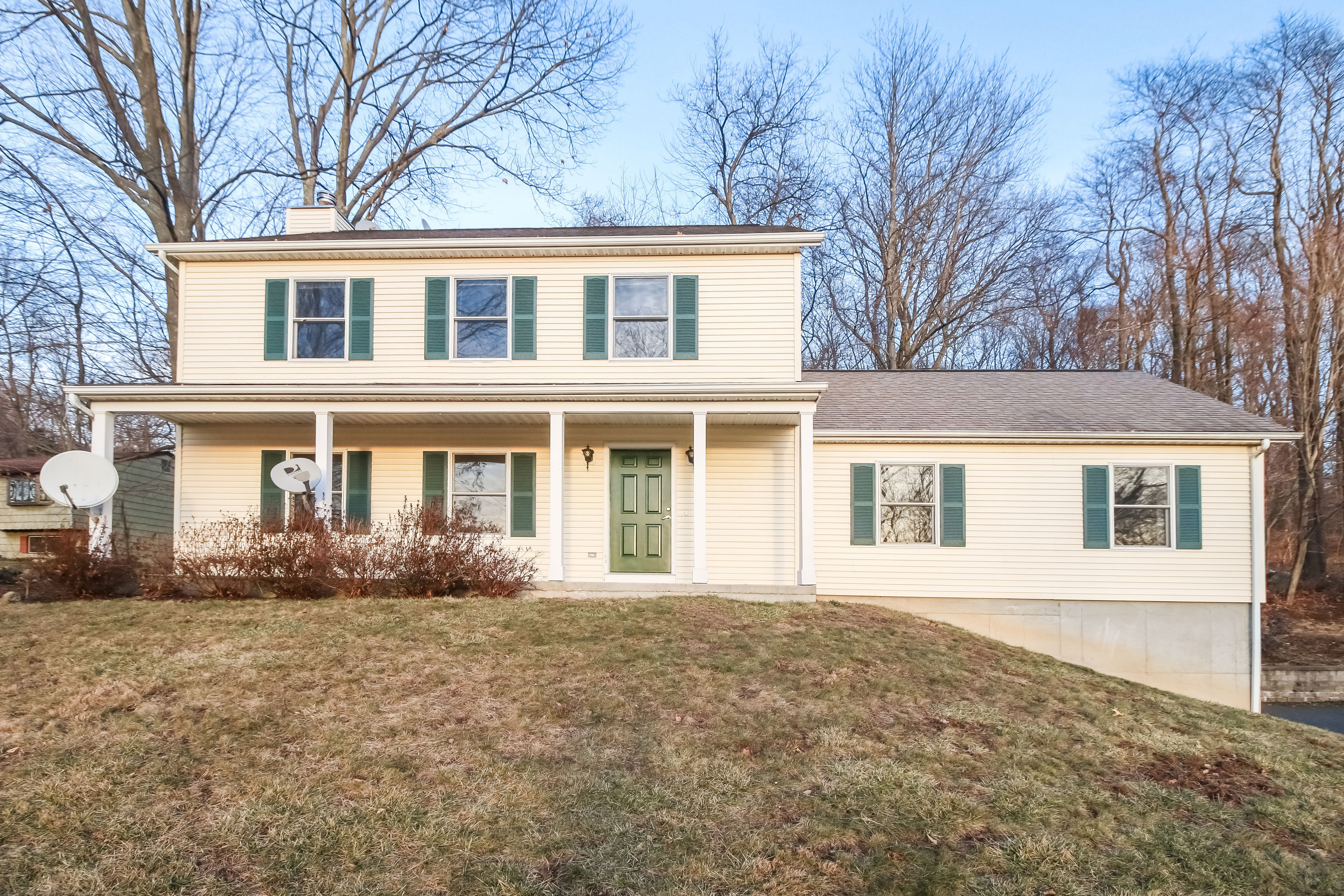 Casa Unifamiliar por un Venta en Farmhouse Colonial 69 Payne Road Bethel, Connecticut 06801 Estados Unidos