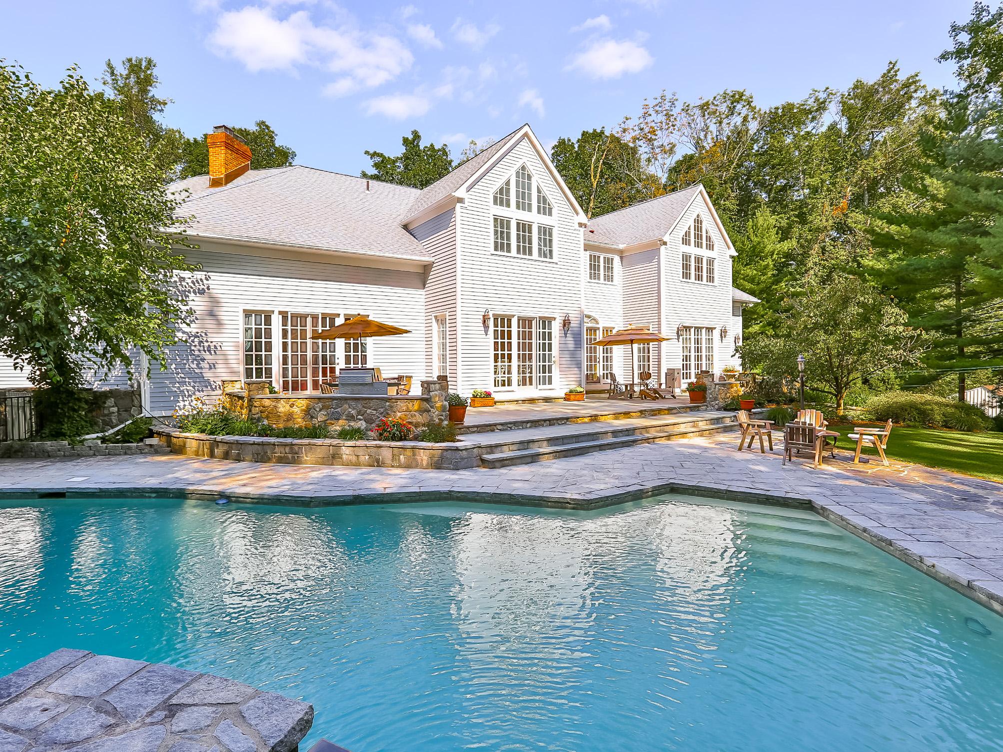 Casa para uma família para Venda às Stunning Colonial 20 Highwood Road Westport, Connecticut 06880 Estados Unidos