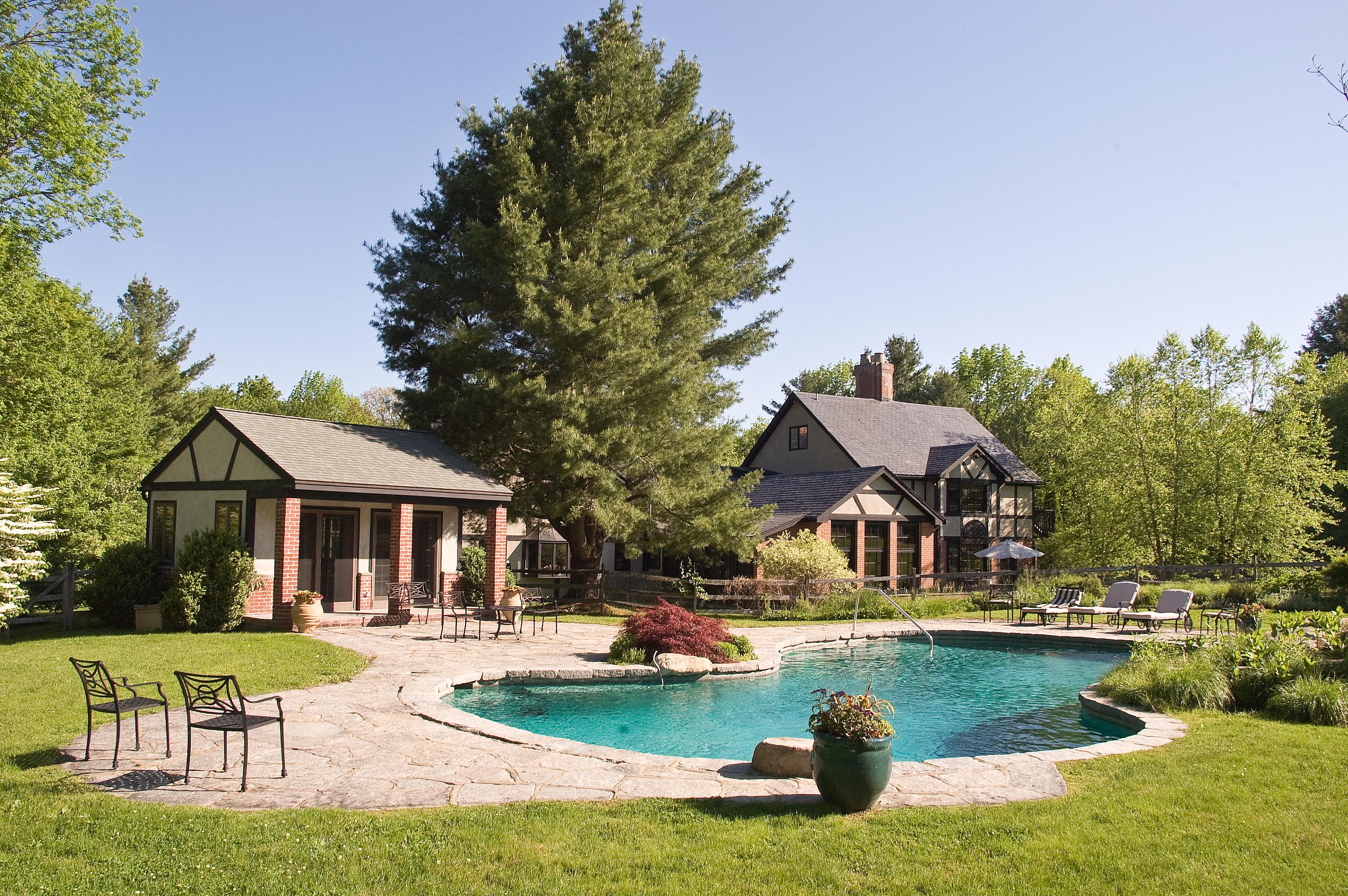 Casa Unifamiliar por un Venta en Luxurious Tudor on 25 Acres 317 Milton Rd Litchfield, Connecticut 06759 Estados Unidos