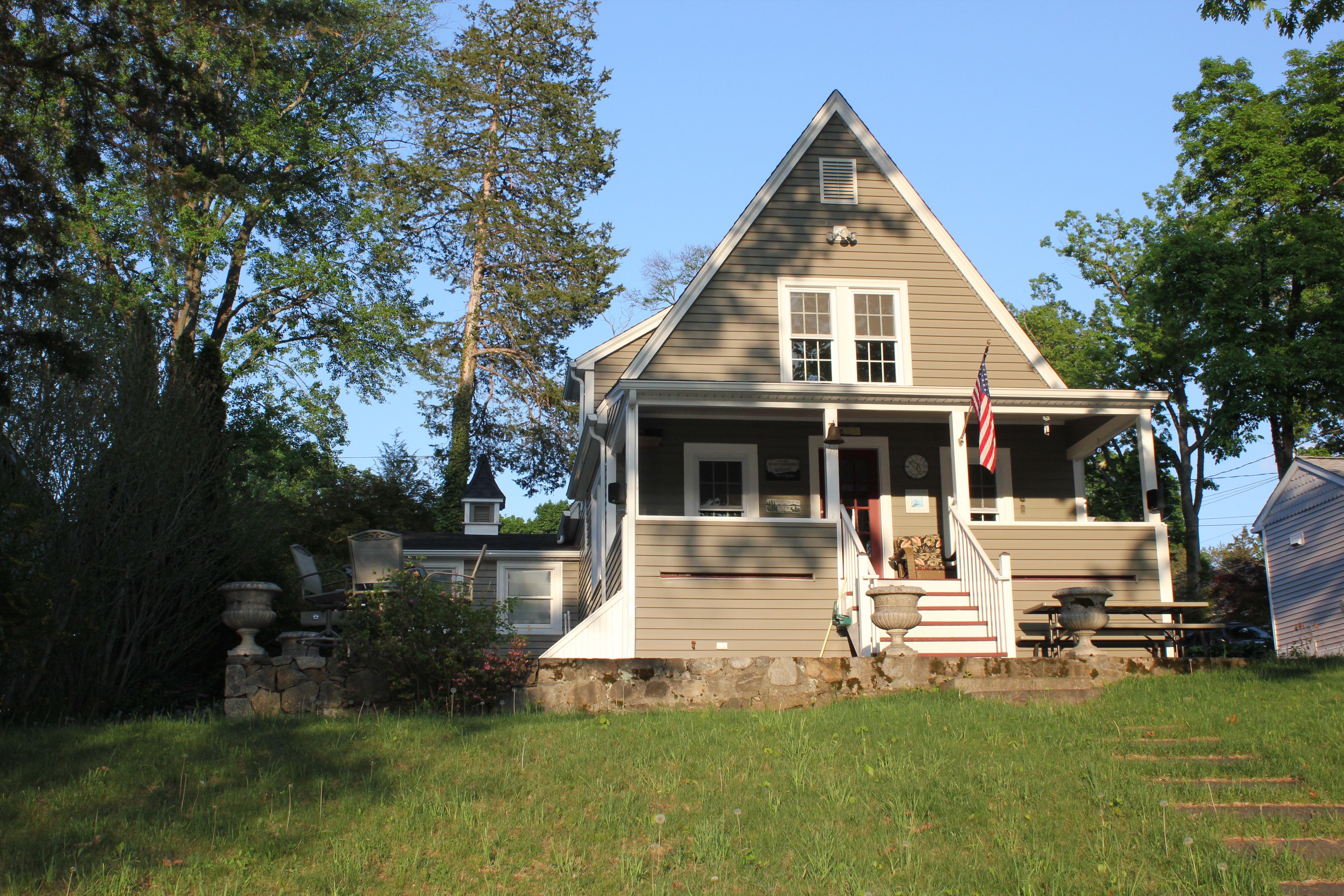 Частный односемейный дом для того Продажа на Stunning Candlewood Lakefront Home 6 Circle Drive Danbury, Коннектикут 06811 Соединенные Штаты