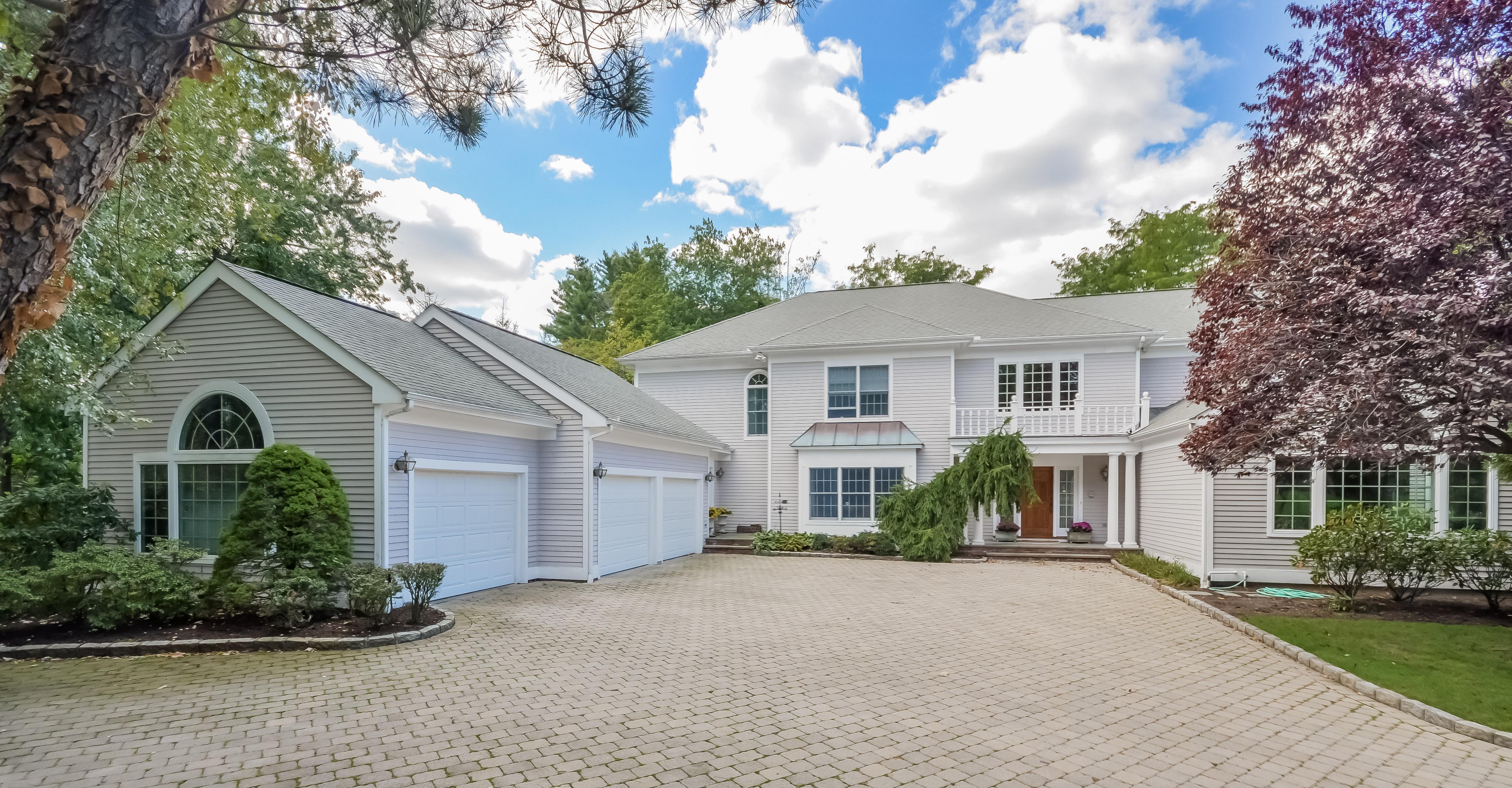 Moradia para Venda às Spectacular Sun Drenched Colonial 8 Sundale Place Scarsdale, Nova York 10583 Estados Unidos