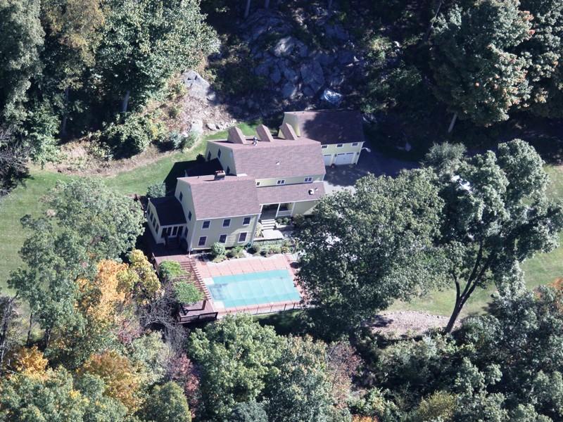 Maison unifamiliale pour l Vente à Updated Home with Barn/Guest Cottage 15 Bear Mountain Road Ridgefield, Connecticut 06877 États-Unis