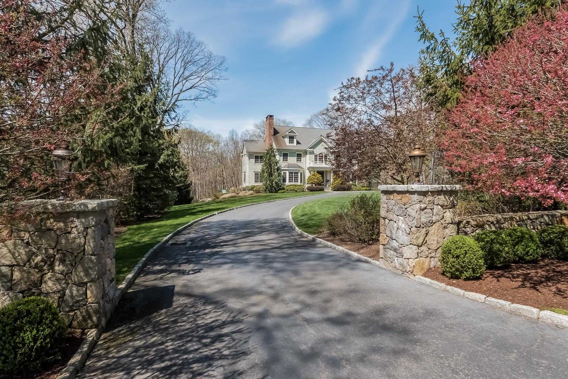 独户住宅 为 销售 在 Exudes Sophistication 149 Linden Tree Road 威尔顿, 康涅狄格州, 06897 美国