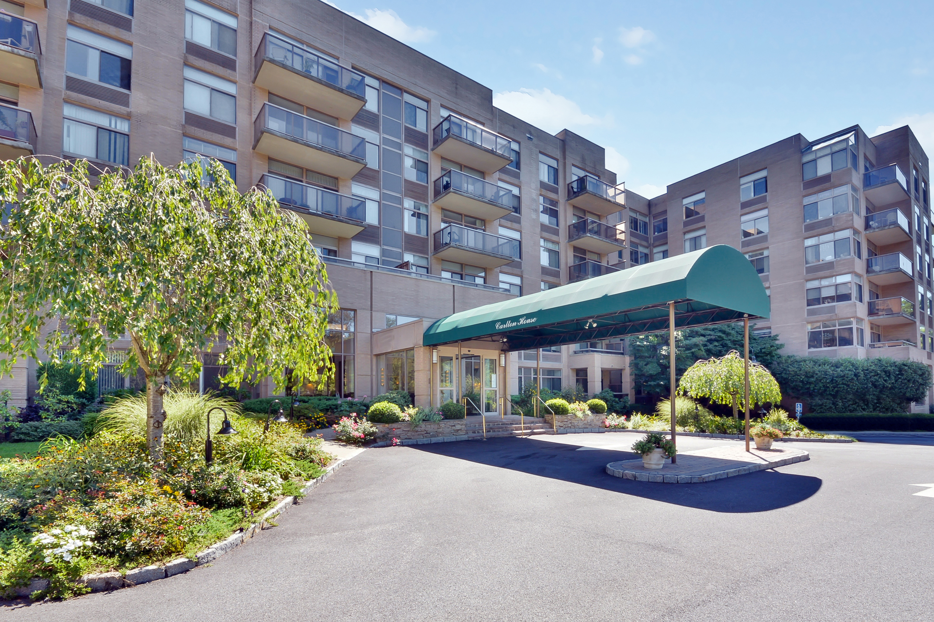 Condominium for Sale at Sunny 2 Bedroom Treetop Views 35 North Chatsworth Avenue 4G Larchmont, New York 10538 United States