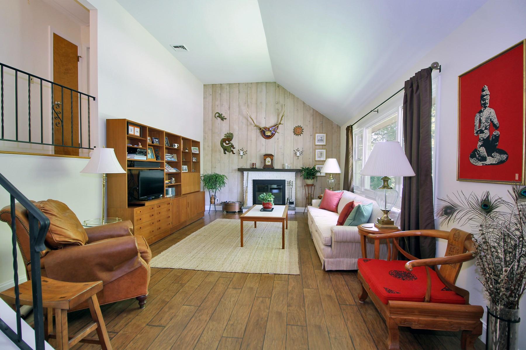 Maison unifamiliale pour l Vente à Spacious Charming Country Split Nestled on a Hillside 61 East Rocks Road Norwalk, Connecticut, 06851 États-Unis