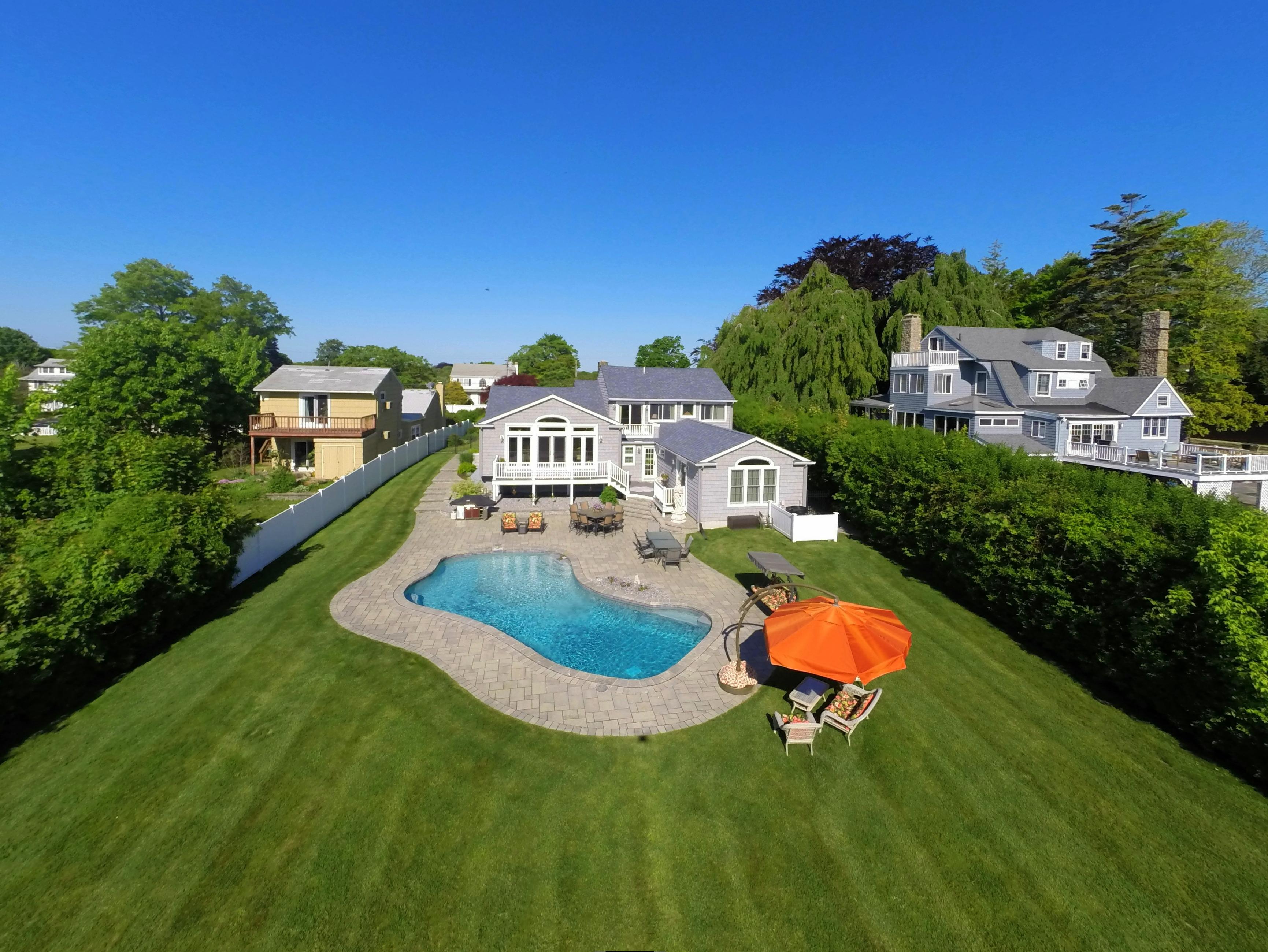 独户住宅 为 销售 在 Dramatic Water Views 1090 Ocean Avenue New London, 康涅狄格州 06320 美国
