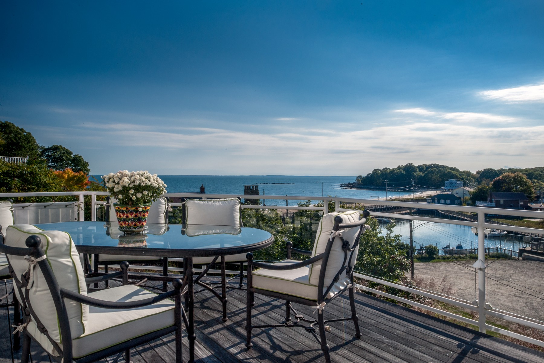 Casa Unifamiliar por un Venta en Enjoy amazing views of Long Island Sound and Orient Point 89 Hillcrest Road Old Lyme, Connecticut, 06371 Estados Unidos