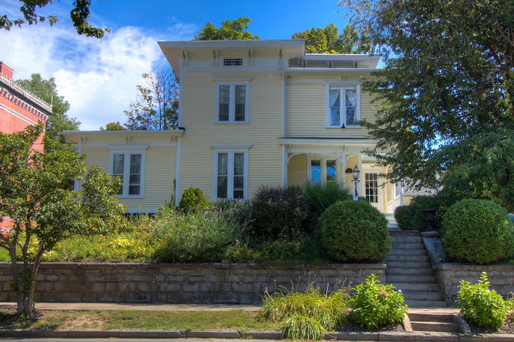 Maison unifamiliale pour l Vente à Lovingly Restored Historic Property 16 Spring St Bristol, Connecticut, 06010 États-Unis
