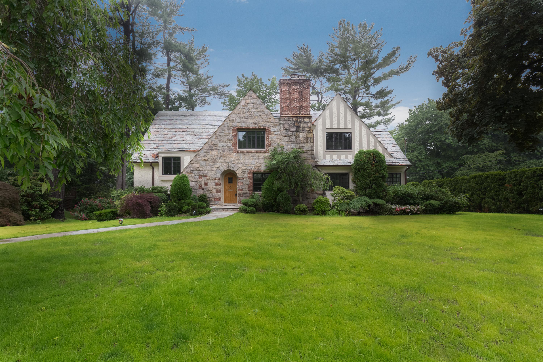 Casa para uma família para Venda às Updated Fox Meadow Tudor 43 Cohawney Road Scarsdale, Nova York 10583 Estados Unidos