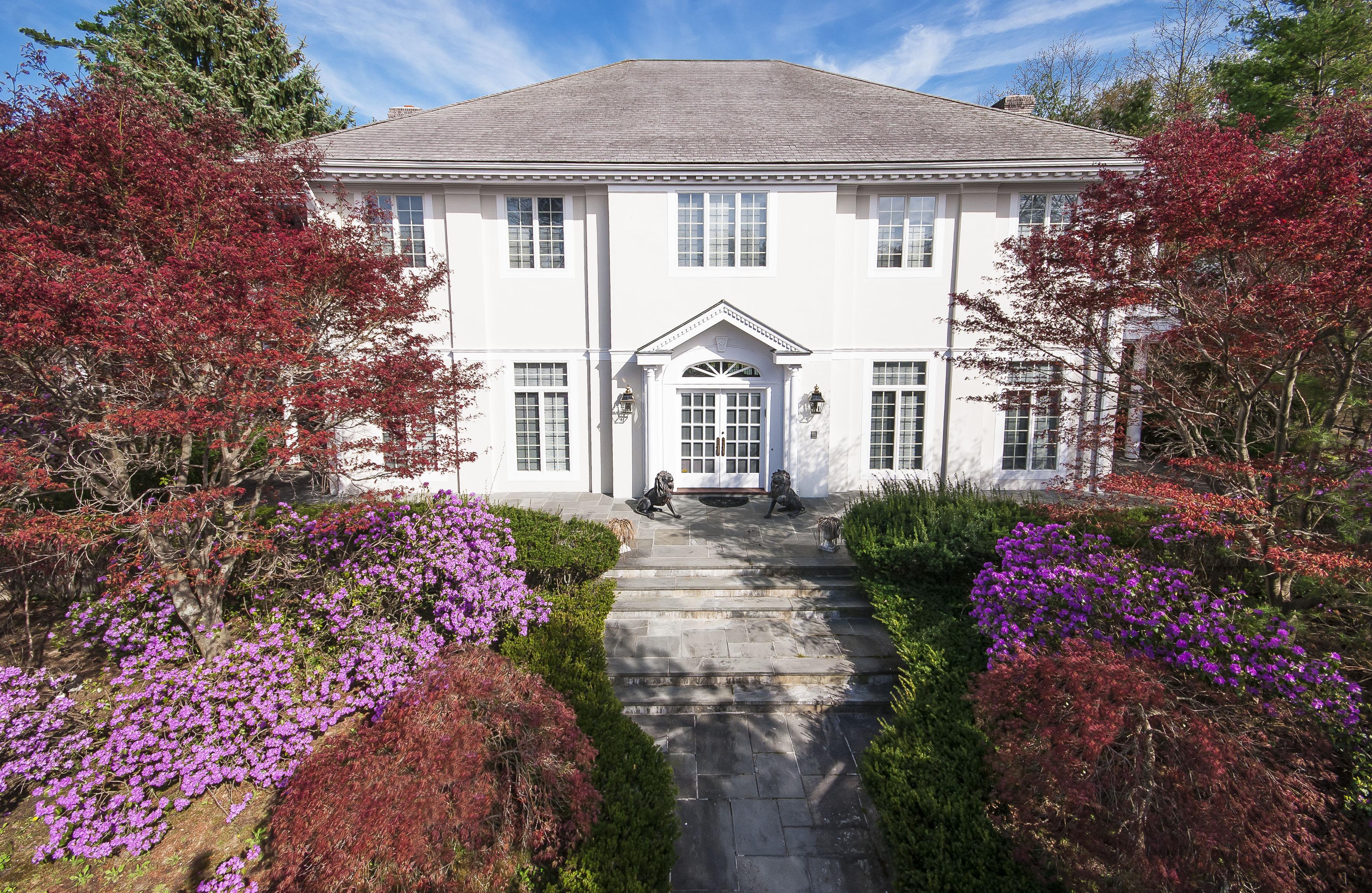 Casa para uma família para Venda às Magnificent Heathcote Mediterranean 10 Cooper Road Scarsdale, Nova York 10583 Estados Unidos
