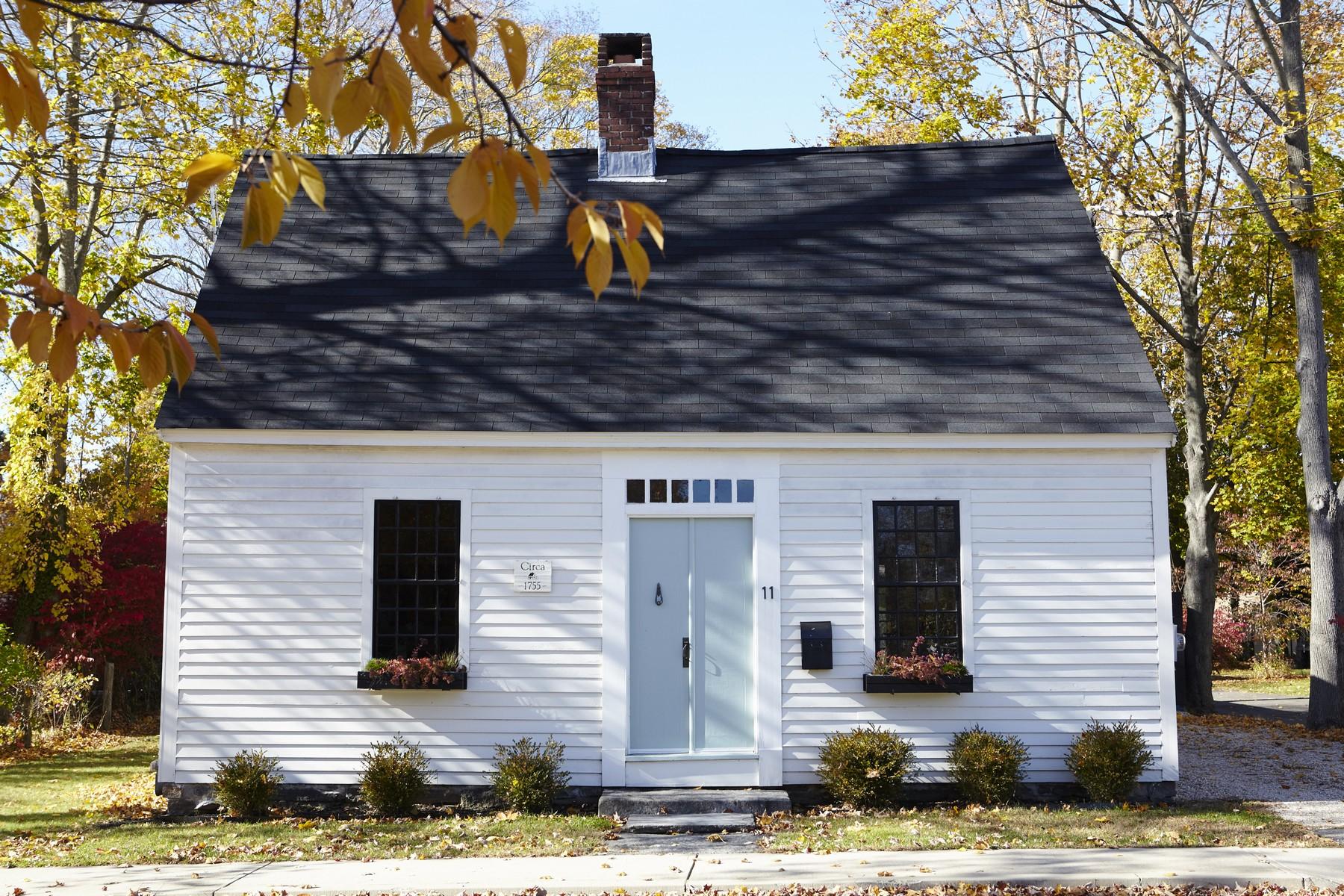 Nhà ở một gia đình vì Bán tại Stunning Village Antique Beautifully Blending Old & New 11 Pearl St Clinton, Connecticut, 06413 Hoa Kỳ