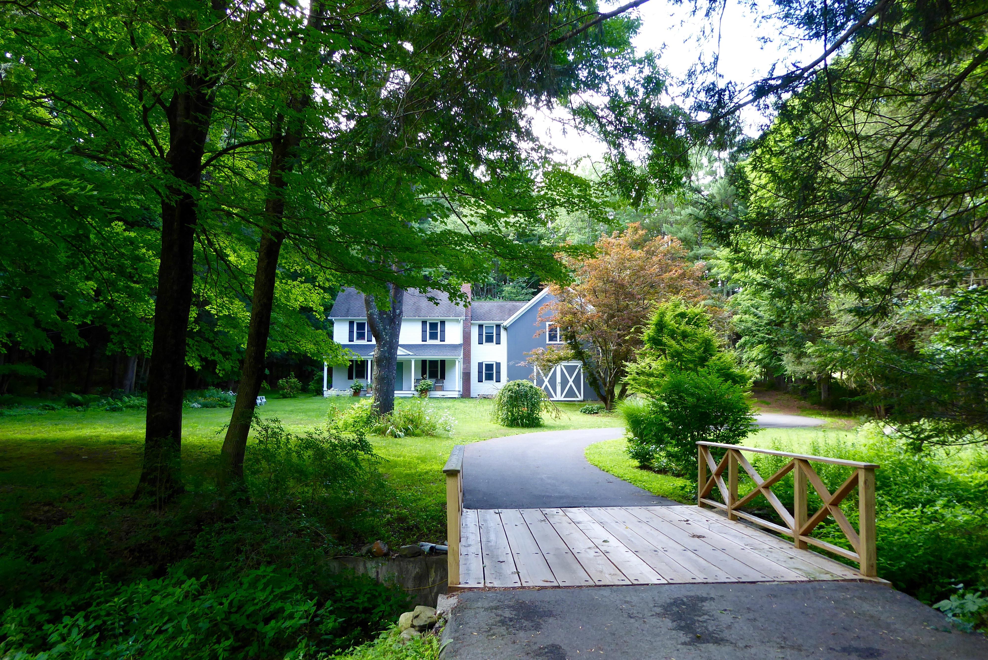 独户住宅 为 销售 在 Inviting Colonial 54 Hat Shop Hill Rd 布里奇沃特, 康涅狄格州, 06752 美国