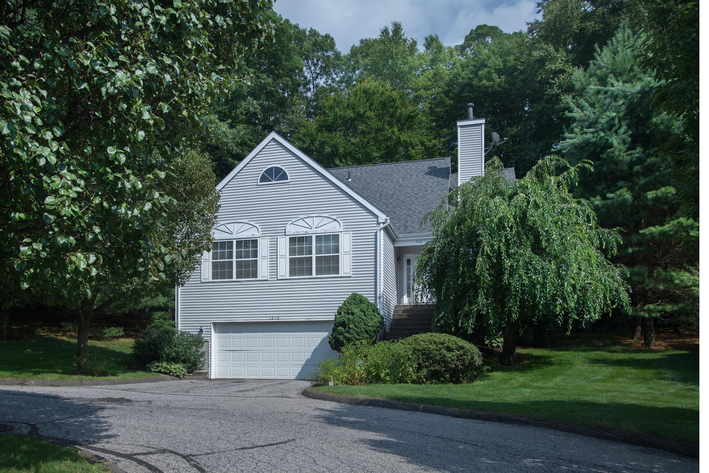 Кооперативная квартира для того Продажа на Maintenance-free Living in Cranbury Cul de Sac 1210 Foxboro Drive 1210 Norwalk, Коннектикут 06851 Соединенные Штаты