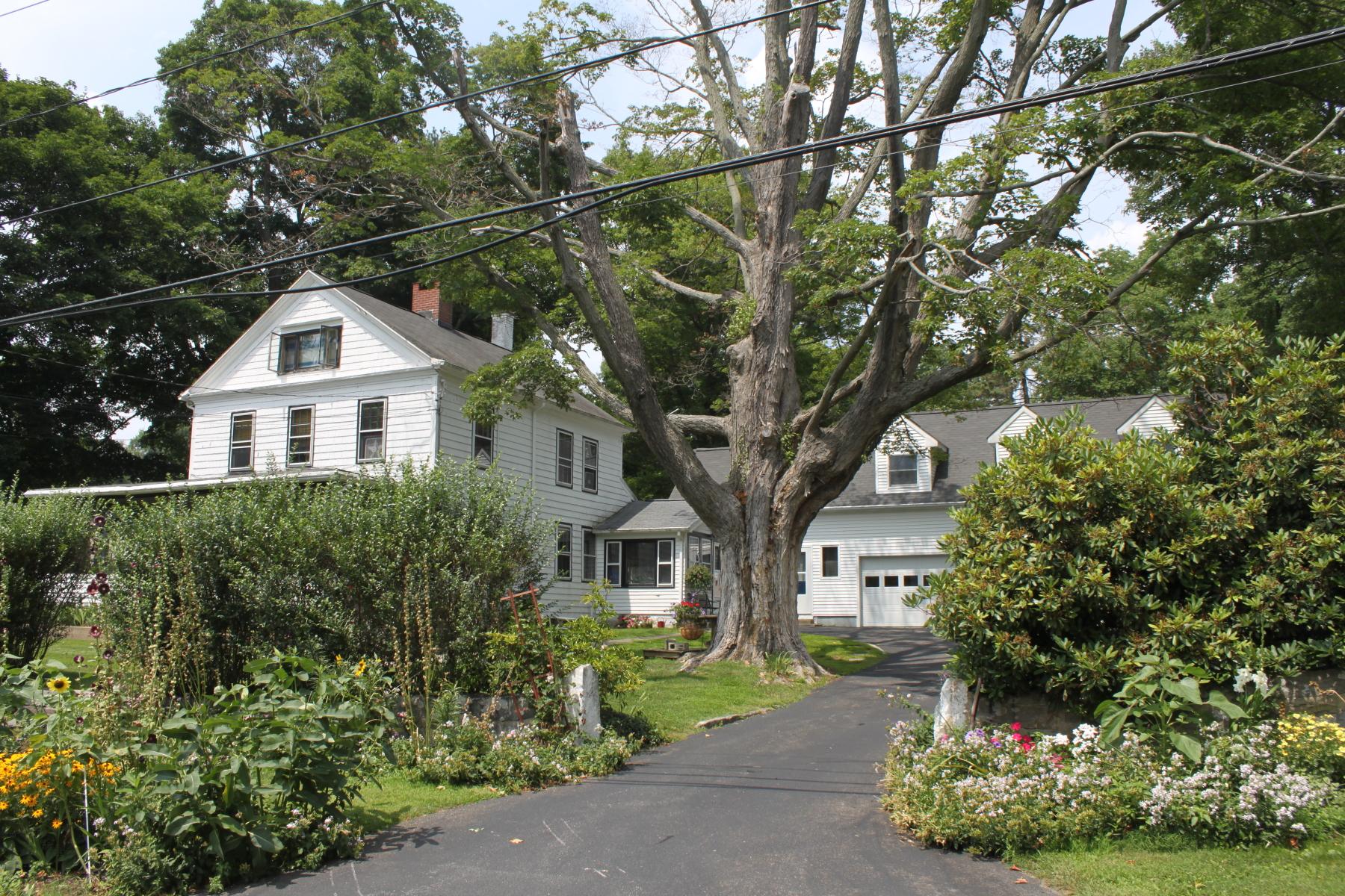Частный односемейный дом для того Продажа на Waterfrnt Classic 24 Kellogg Street Brookfield, Коннектикут 06804 Соединенные Штаты