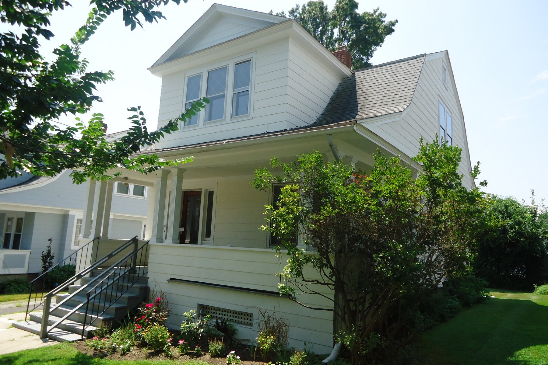 Tek Ailelik Ev için Satış at Just Renovated 1915 Colonial Loaded with Character and Old Time Charm 90 Clarkson Street Bridgeport, Connecticut 06605 Amerika Birleşik Devletleri