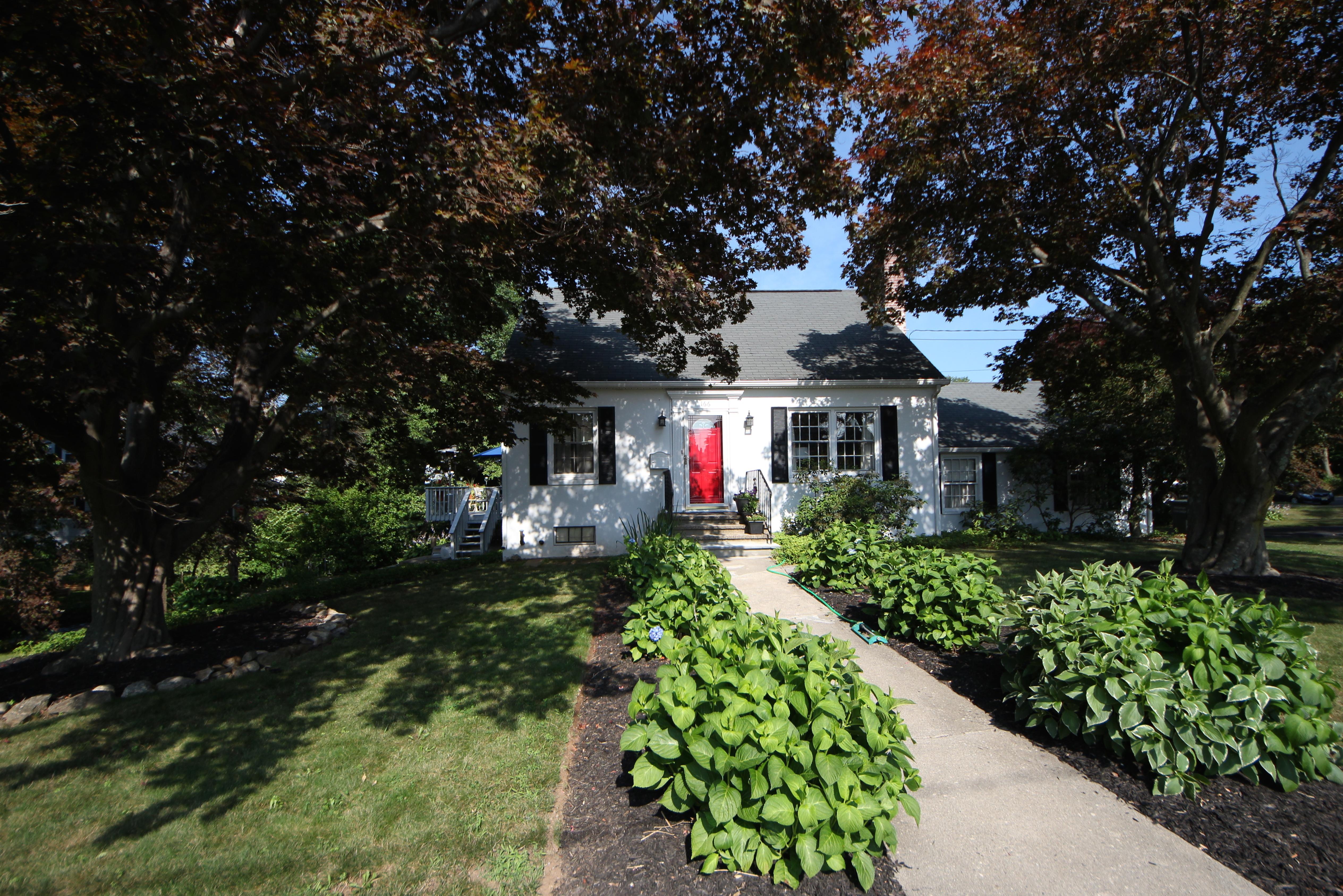 Casa para uma família para Venda às Attractive home in Lake Forest Association 166 Tesiny Circle Bridgeport, Connecticut, 06606 Estados Unidos