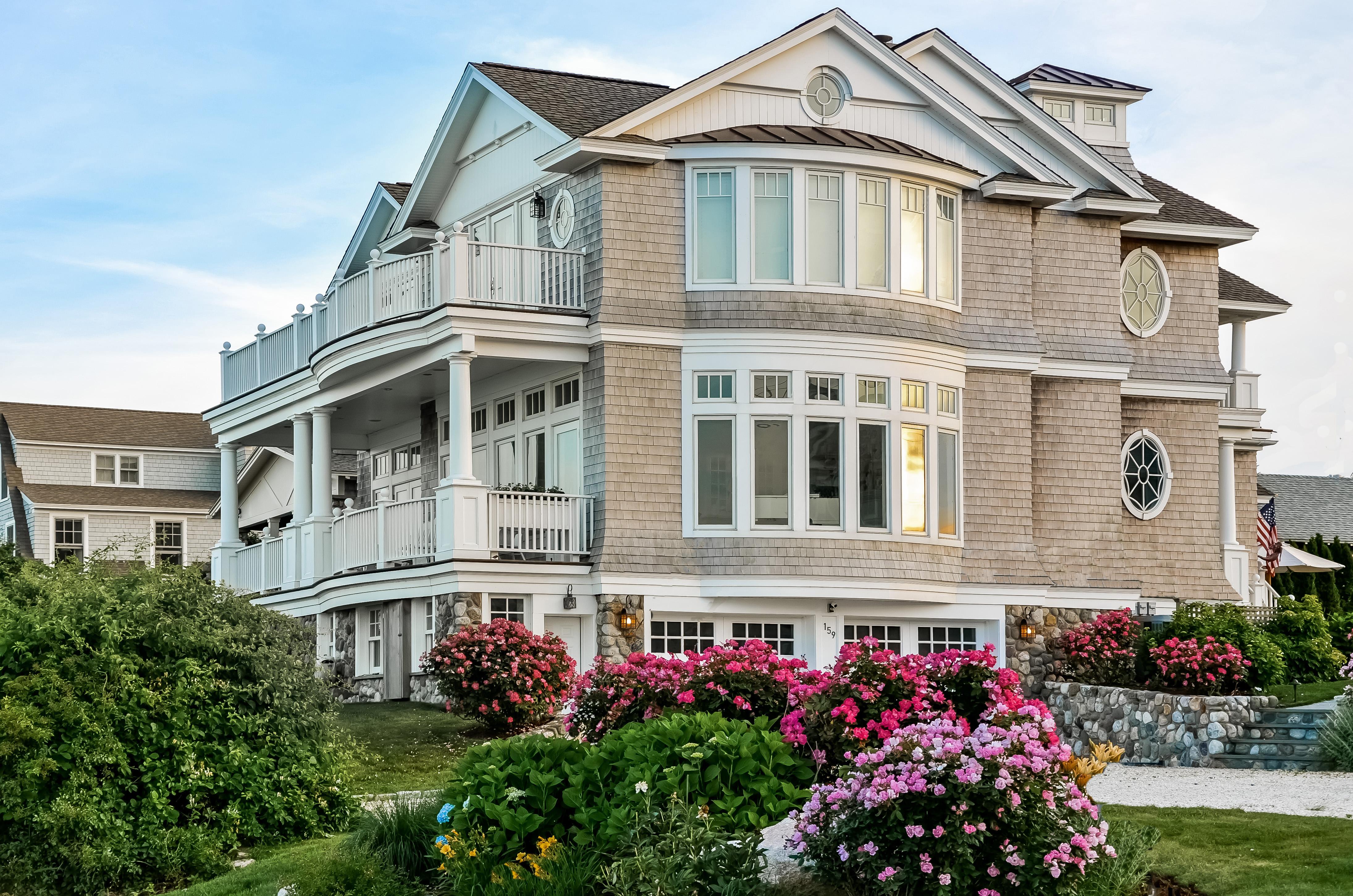 Tek Ailelik Ev için Satış at Waterfront New England Year-Round Home 159 South Shore Avenue Groton, Connecticut 06340 Amerika Birleşik Devletleri