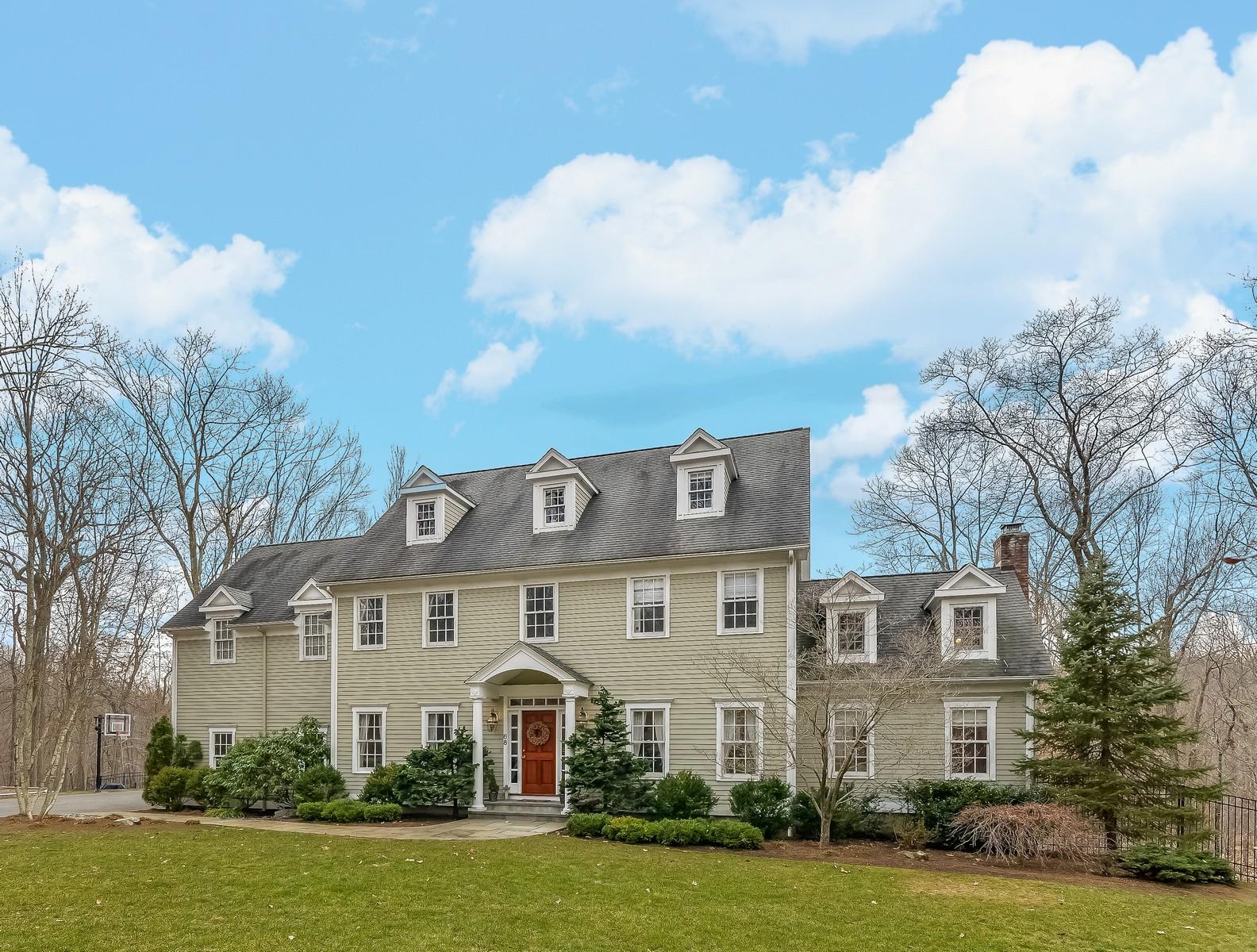 단독 가정 주택 용 매매 에 Spacious Colonial Set Privately 68 Topstone Road Ridgefield, 코네티컷, 06877 미국