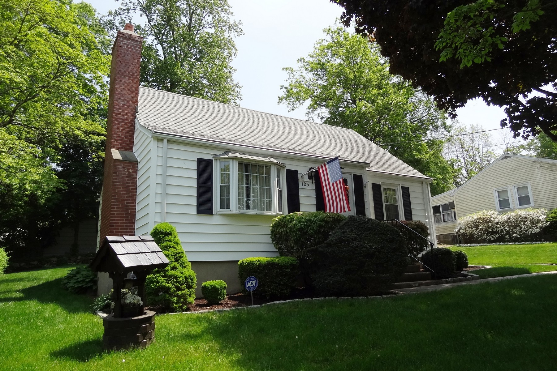 Moradia para Venda às Meticulously Maintained Home on Quiet North End Street 105 Dogwood Drive Bridgeport, Connecticut, 06606 Estados Unidos