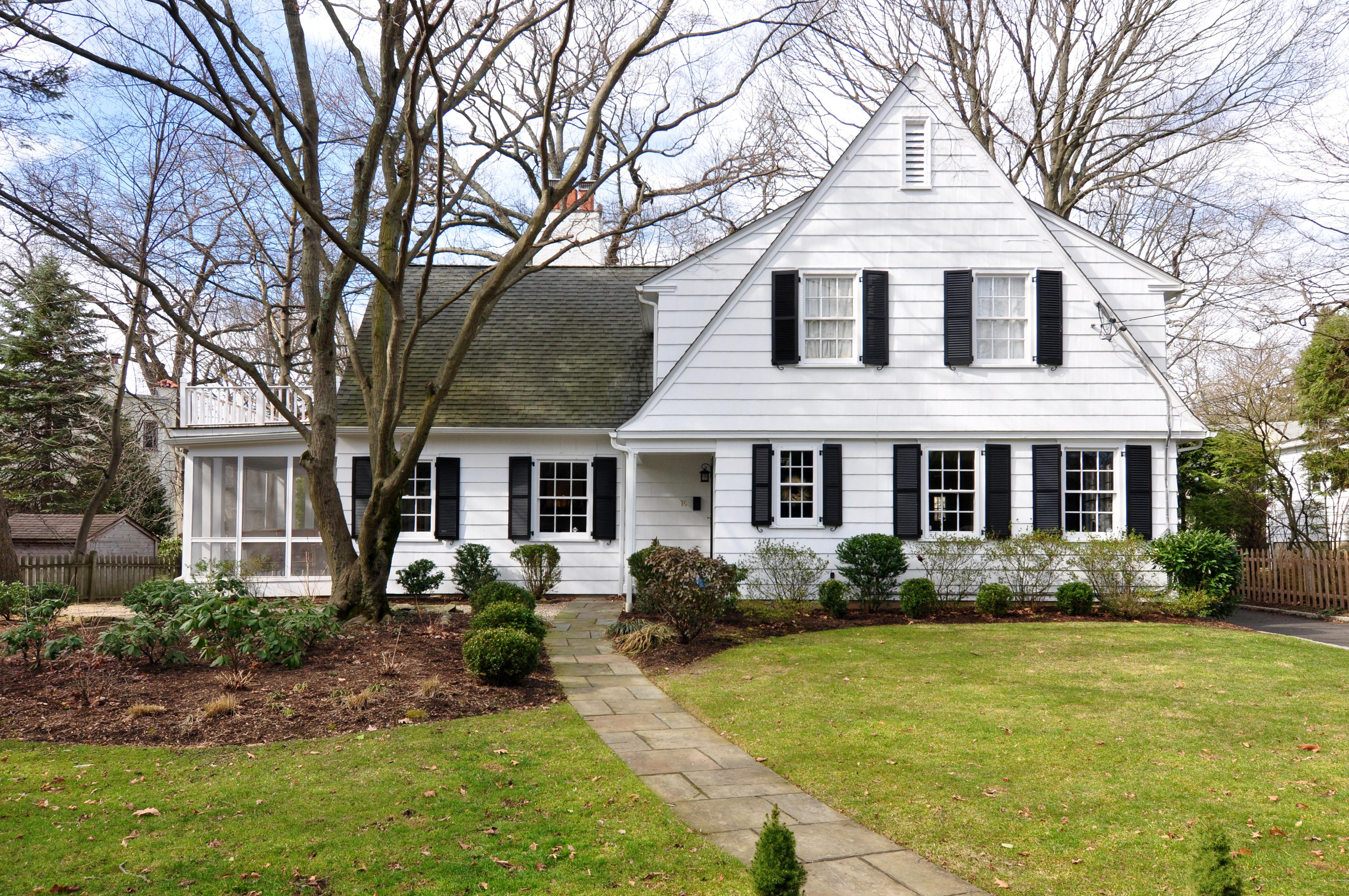 独户住宅 为 销售 在 Stunning Colonial Farmhouse 16 Burkewood Road 芒特弗农, 纽约州, 10552 美国