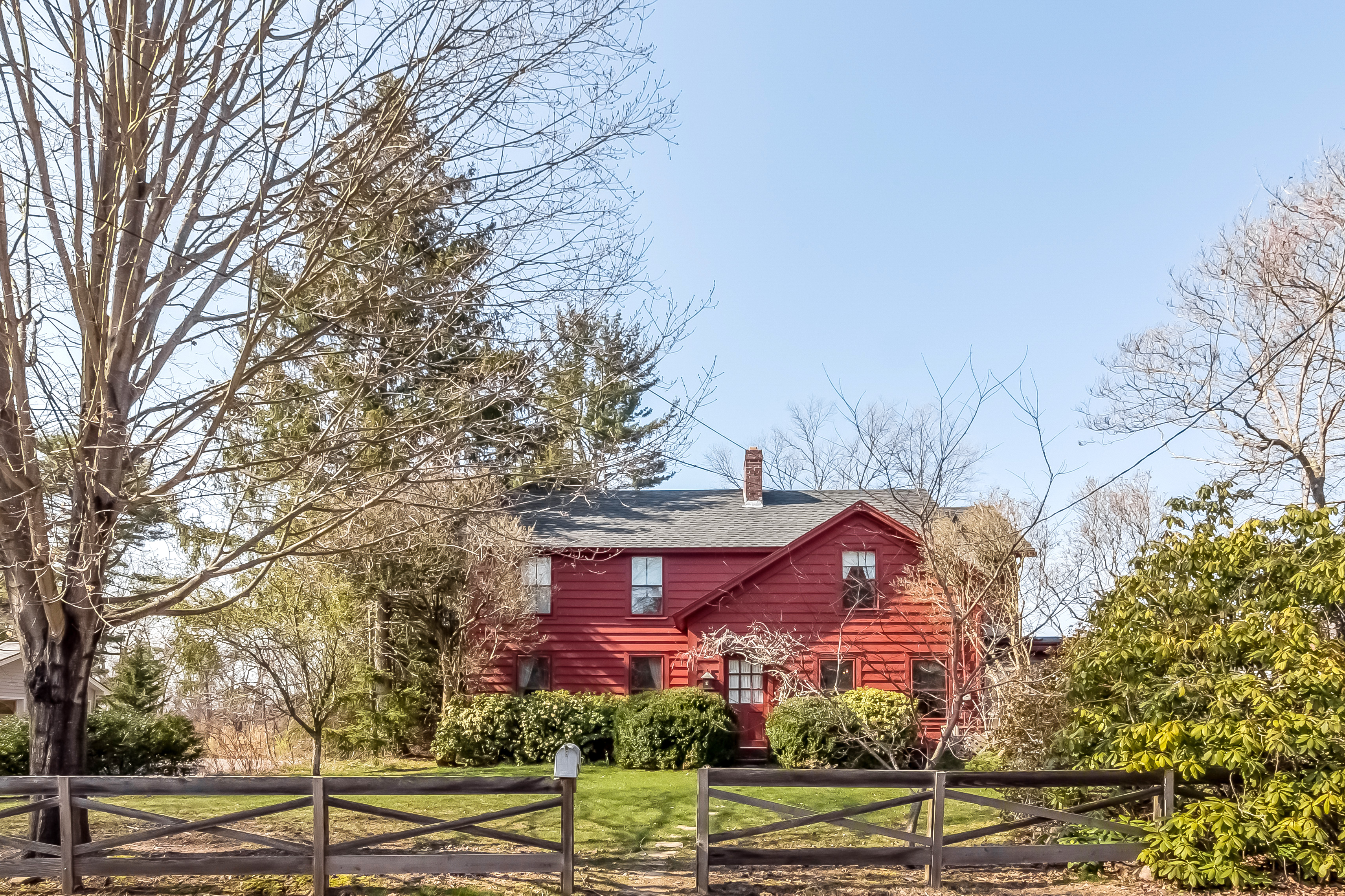 Vivienda unifamiliar por un Venta en Registered Historic Home, on .74 acres 210 Neck Rd Madison, Connecticut, 06443 Estados Unidos