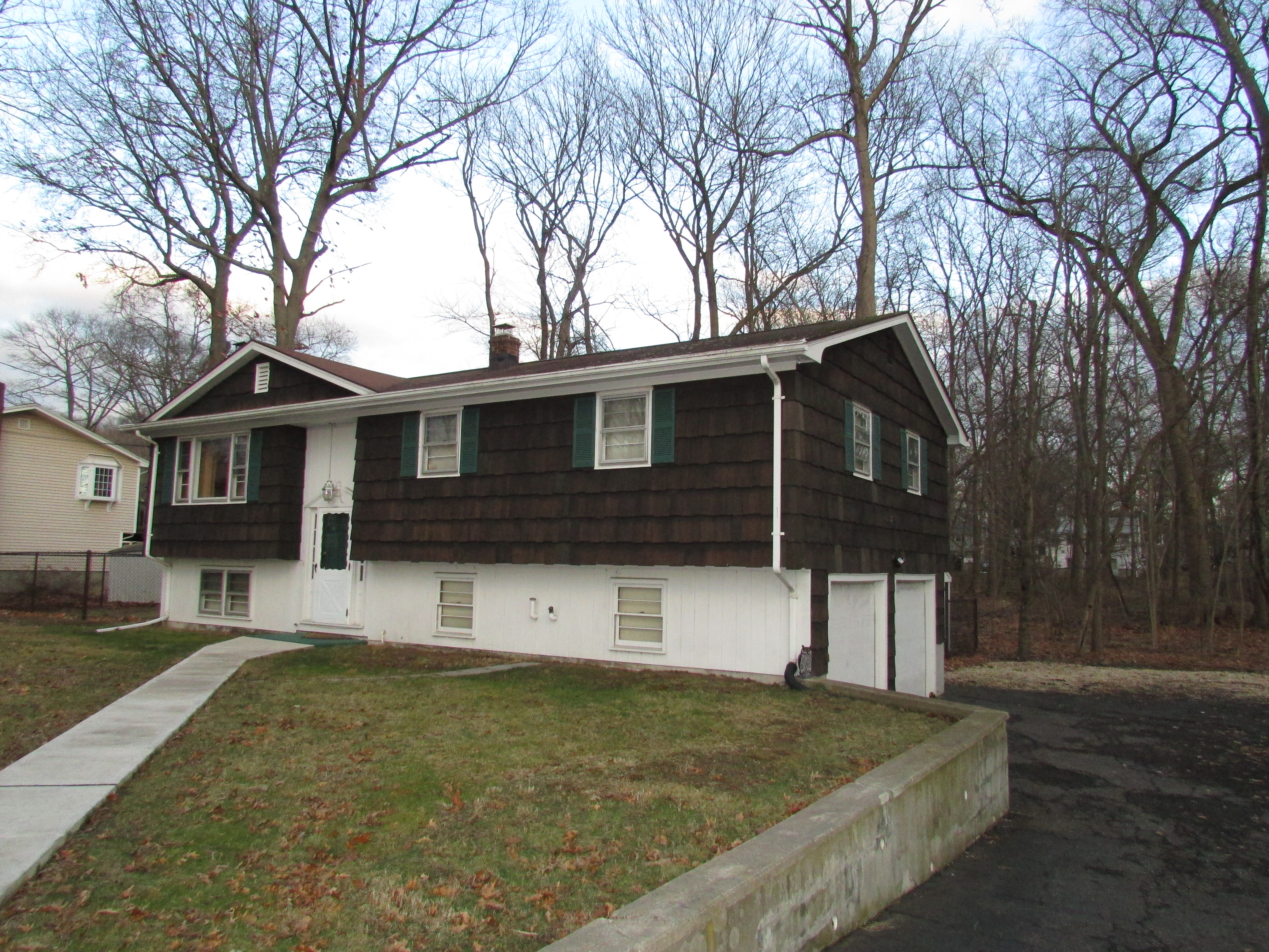 Maison unifamiliale pour l Vente à Spacious Raised Ranch 25 Shadyside Lane Milford, Connecticut, 06460 États-Unis