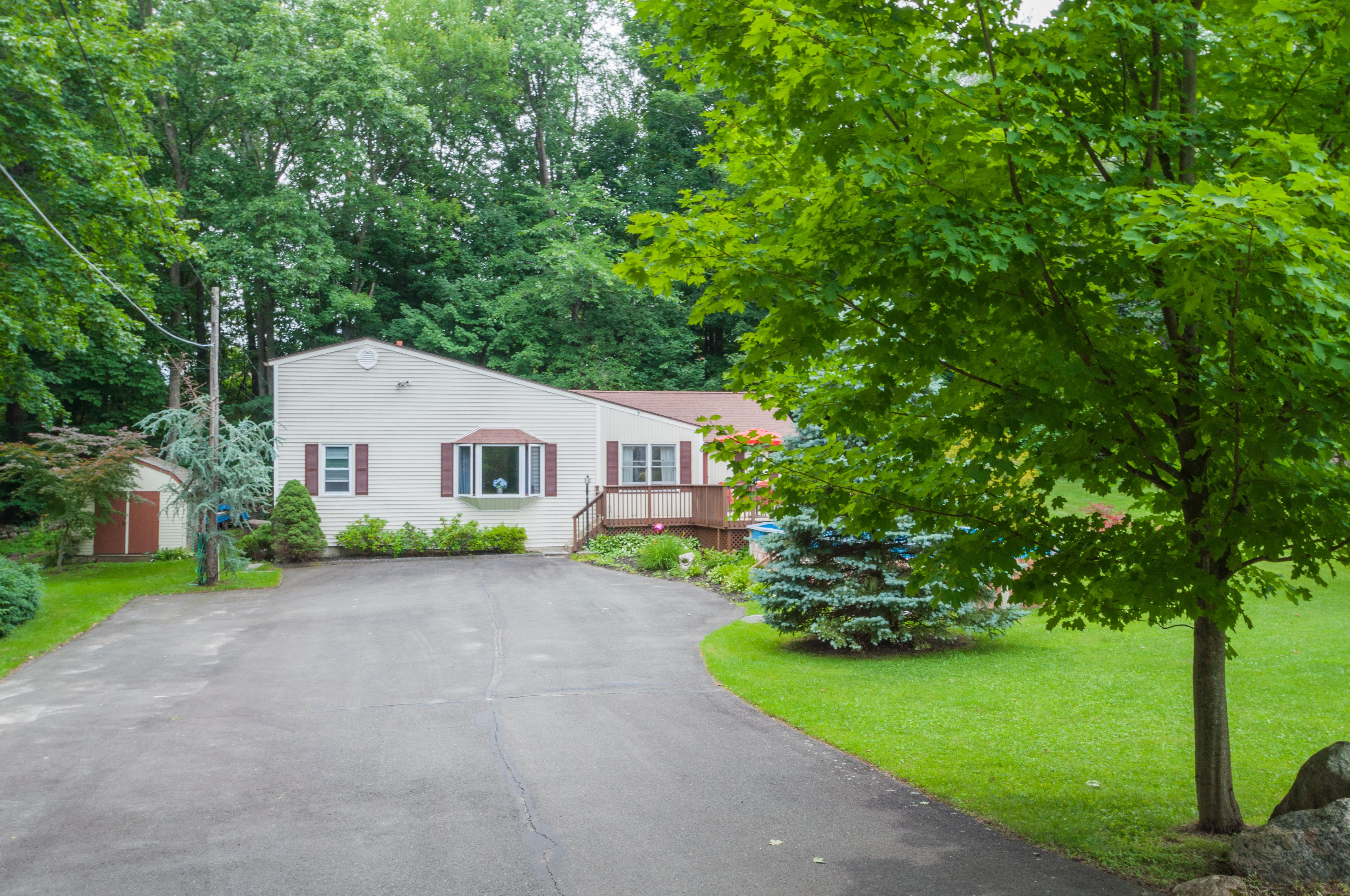 Maison unifamiliale pour l Vente à Spacious One Level Ranch 4 Mazur Drive Danbury, Connecticut 06811 États-Unis