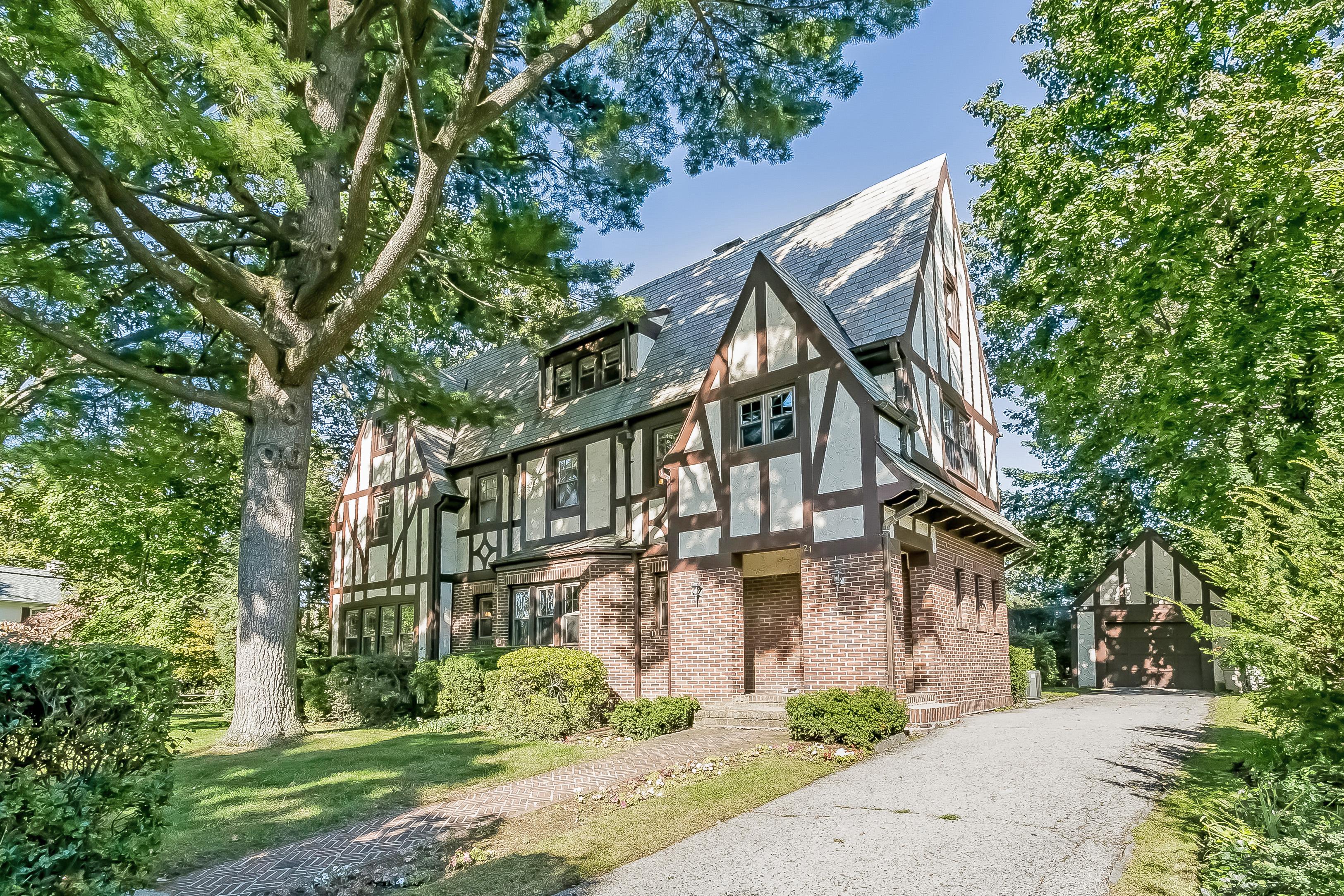 단독 가정 주택 용 매매 에 Elegantly Modern Manor Tudor 21 Monroe Avenue Larchmont, 뉴욕, 10538 미국