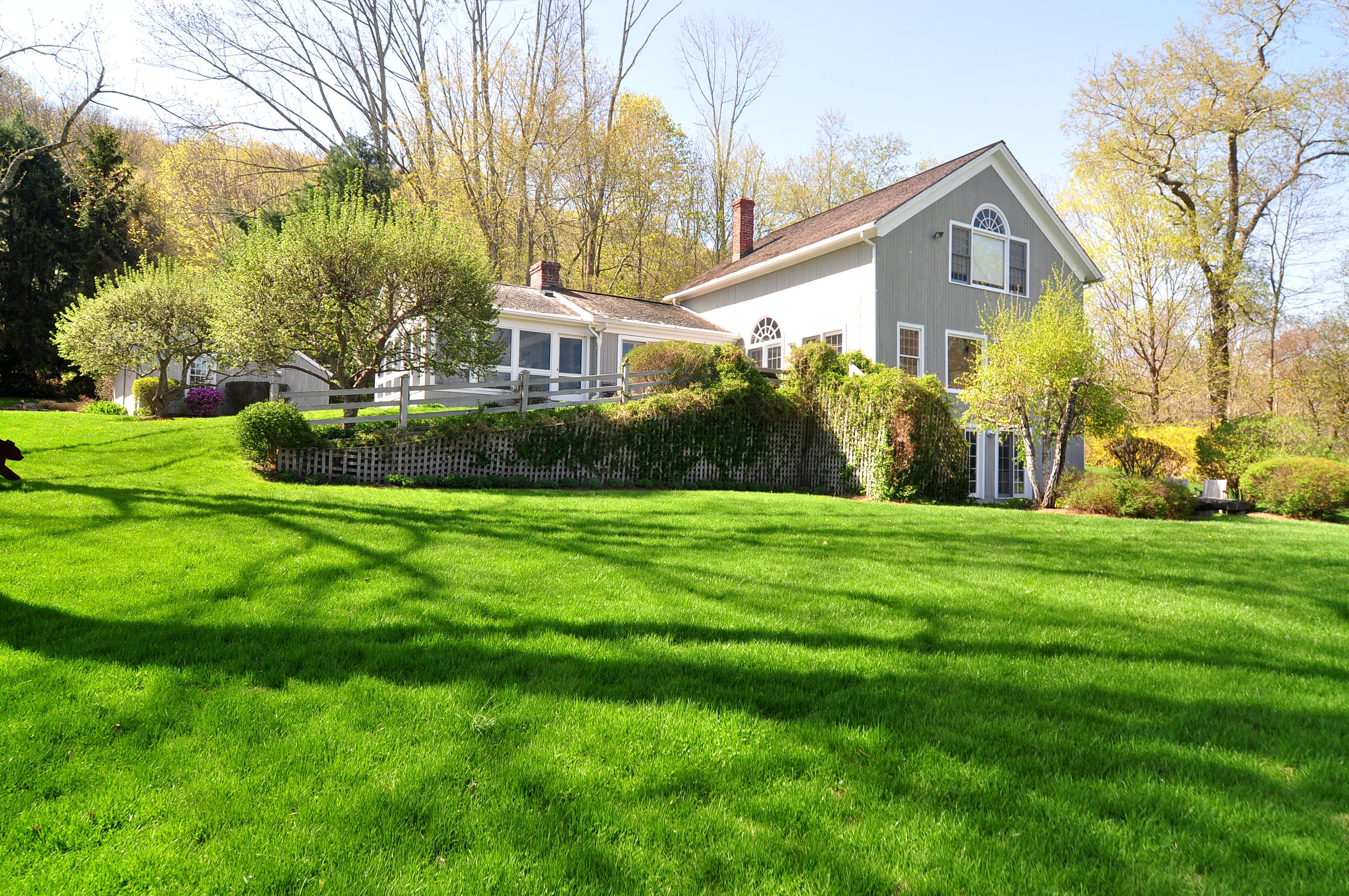 Casa Unifamiliar por un Venta en Wonderful Country Barn Style Home 221 Lake Rd Warren, Connecticut 06777 Estados Unidos